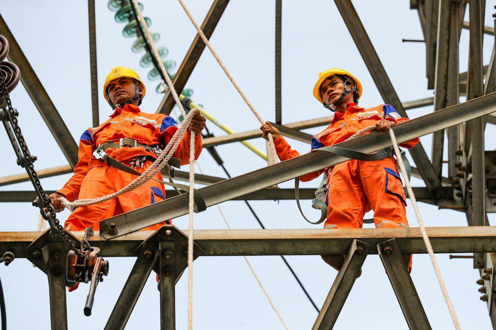 Bộ Công Thương chưa điều chỉnh tăng giá xăng dầu, điện trong 3 tháng tới vì dịch Covid-19 - Ảnh 1.