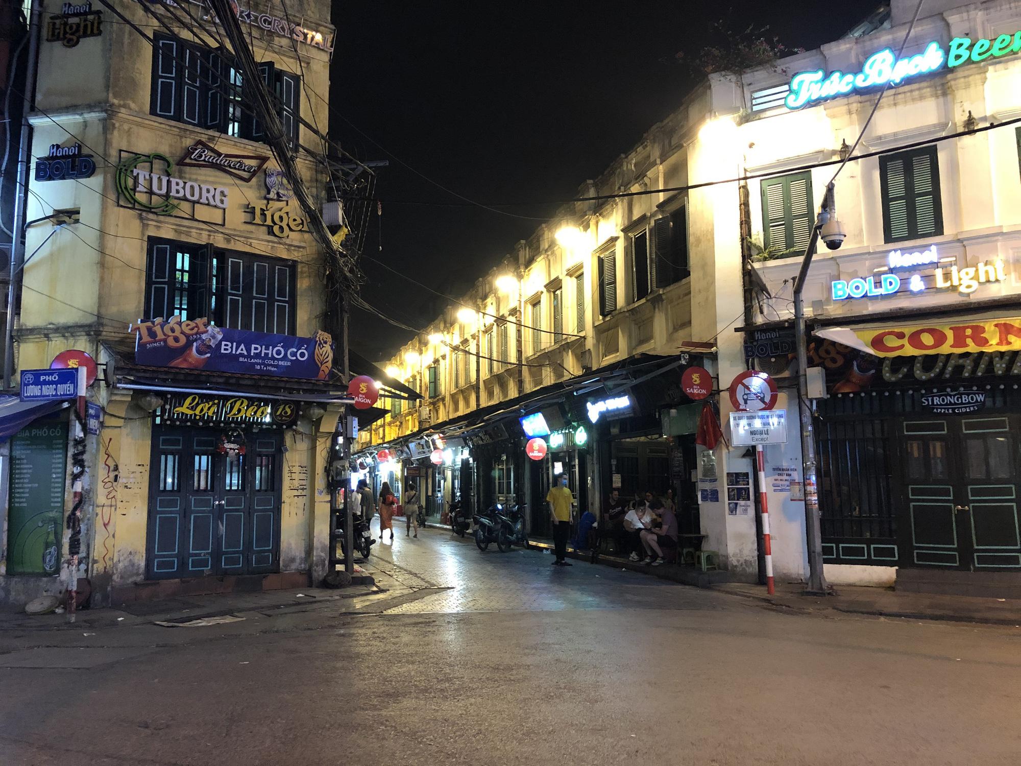Phố Tạ Hiện vắng khách, các hàng quán ế ẩm giữa mùa dịch corona - Ảnh 2.
