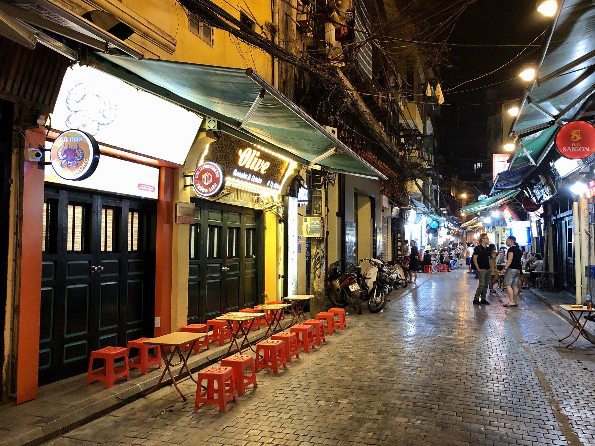 Phố Tạ Hiện vắng khách, các hàng quán ế ẩm giữa mùa dịch corona - Ảnh 3.