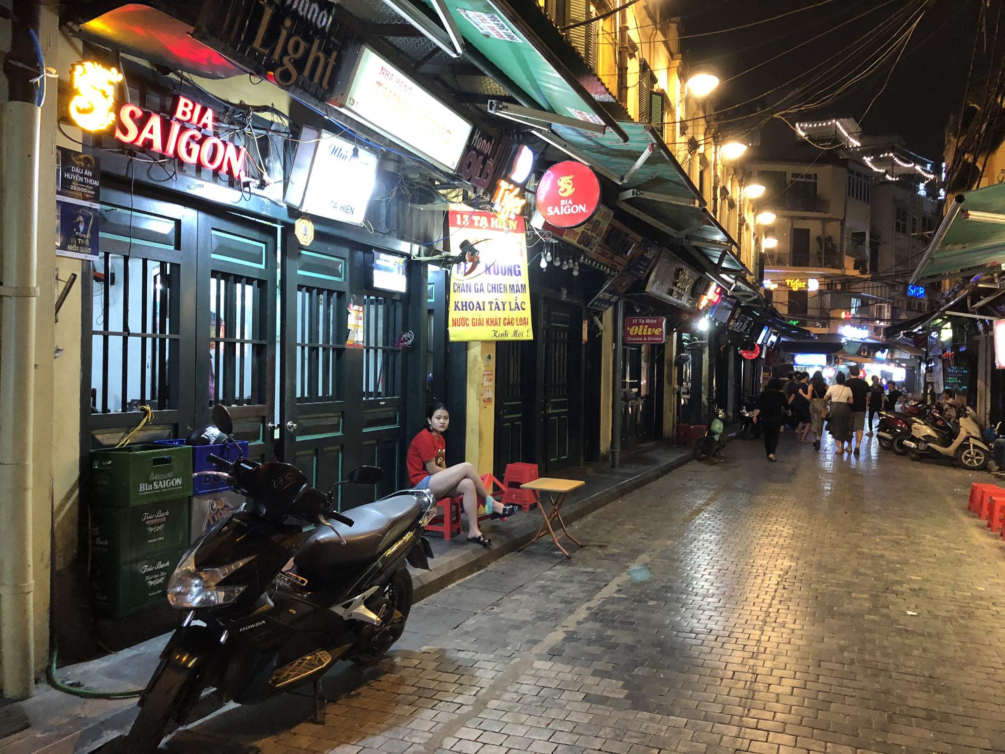 Phố Tạ Hiện vắng khách, các hàng quán ế ẩm giữa mùa dịch corona - Ảnh 7.