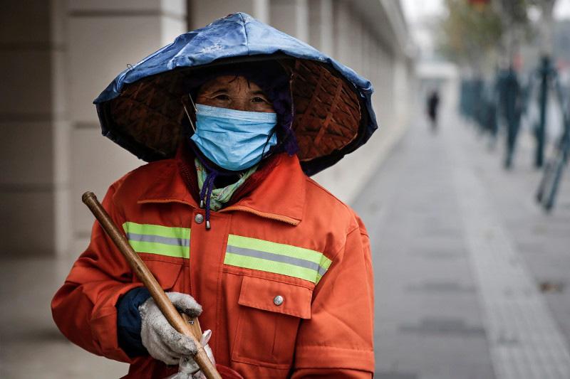 Người già, người khuyết tật Trung Quốc khốn khổ vì không biết mua hàng online - Ảnh 1.