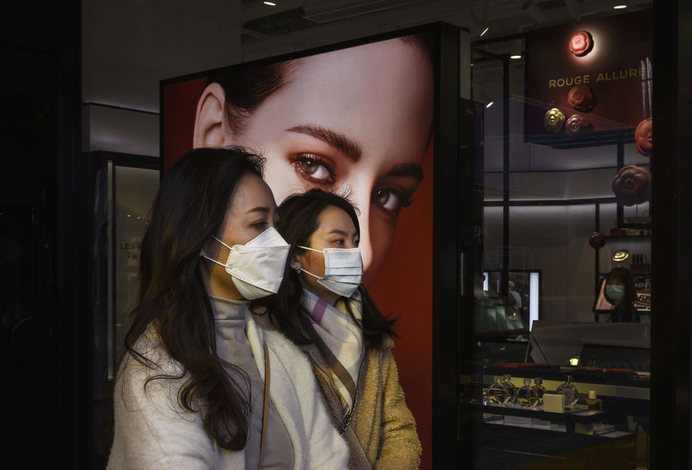 Người Trung Quốc bắt đầu mua hàng xa xỉ để 'trả thù' cả tháng bị cách li - Ảnh 1.