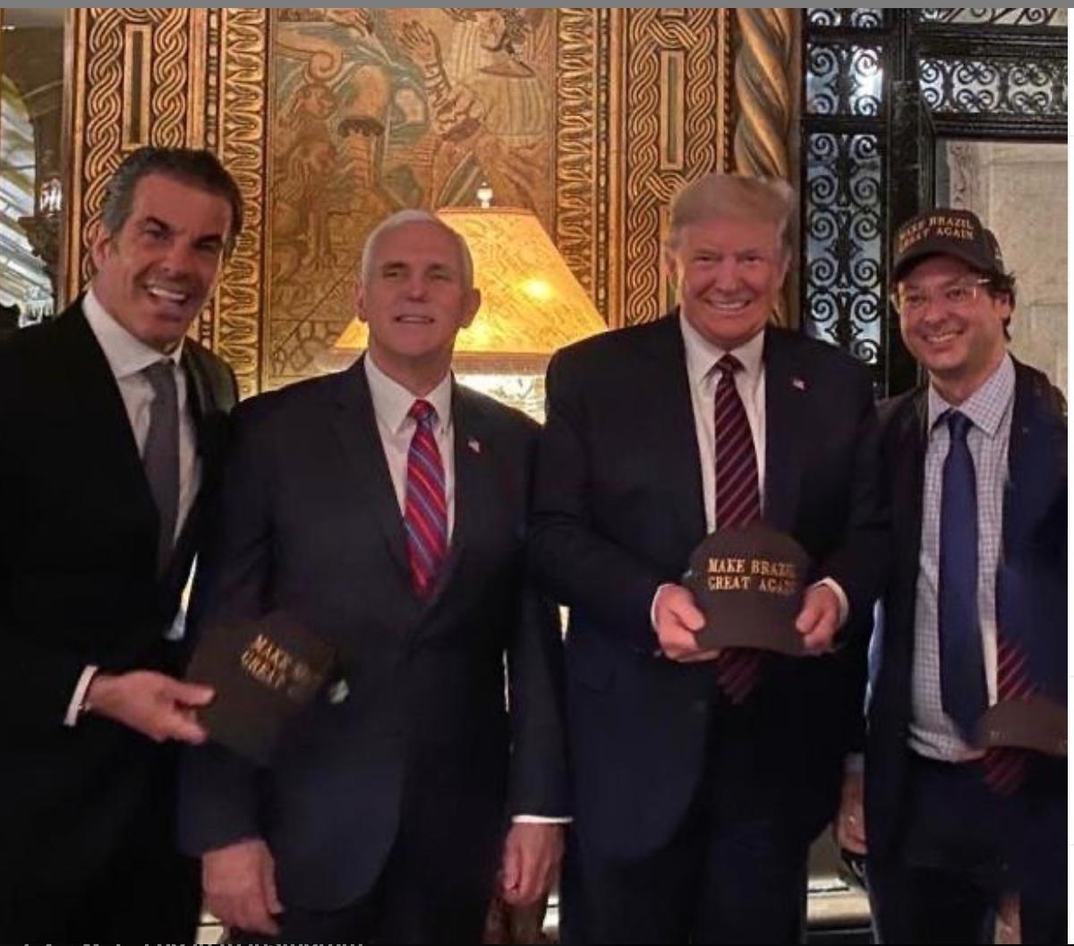 Tổng thống Mỹ Donald Trump không quan tâm dù đã đứng cạnh một quan chức dương tính với Covid-19 - Ảnh 1.