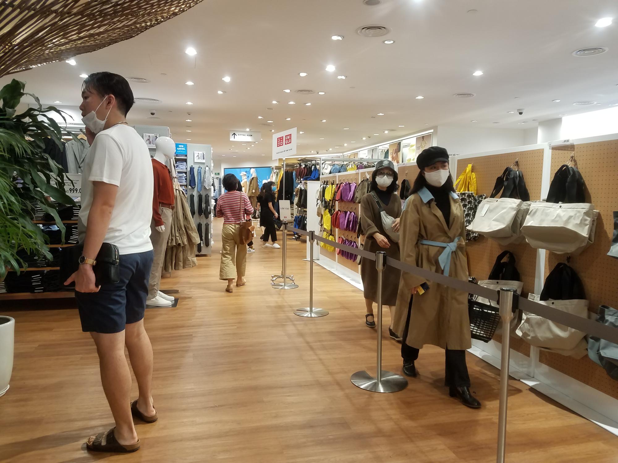 Uniqlo Hà Nội sau 1 tuần khai trương, khách hàng vẫn tới trải nghiệm mua sắm dù đang có dịch bệnh - Ảnh 8.