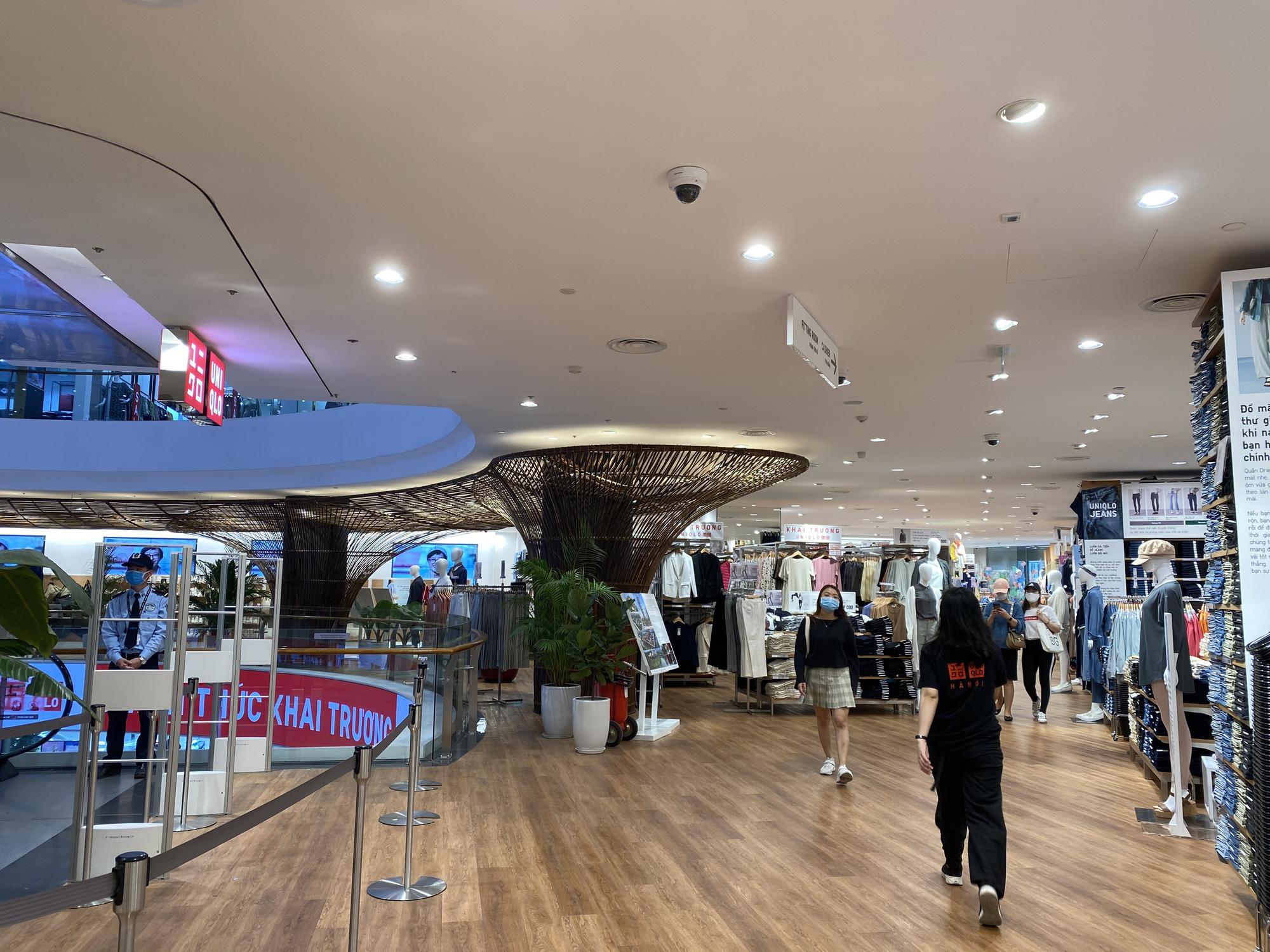 Uniqlo Hà Nội sau 1 tuần khai trương, khách hàng vẫn tới trải nghiệm mua sắm dù đang có dịch bệnh - Ảnh 9.