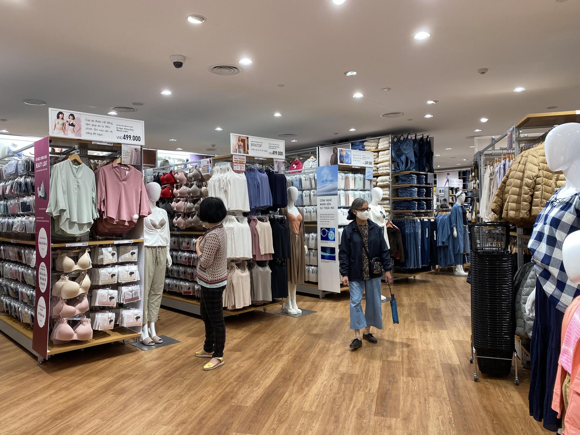 Uniqlo Hà Nội sau 1 tuần khai trương, khách hàng vẫn tới trải nghiệm mua sắm dù đang có dịch bệnh - Ảnh 6.