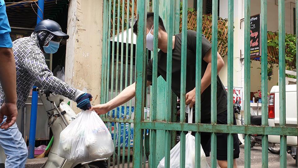 Ghi nhận ca nhiễm Covid-19, TP HCM cách li hơn 1.000 người dân chung cư Hòa Bình - Ảnh 4.