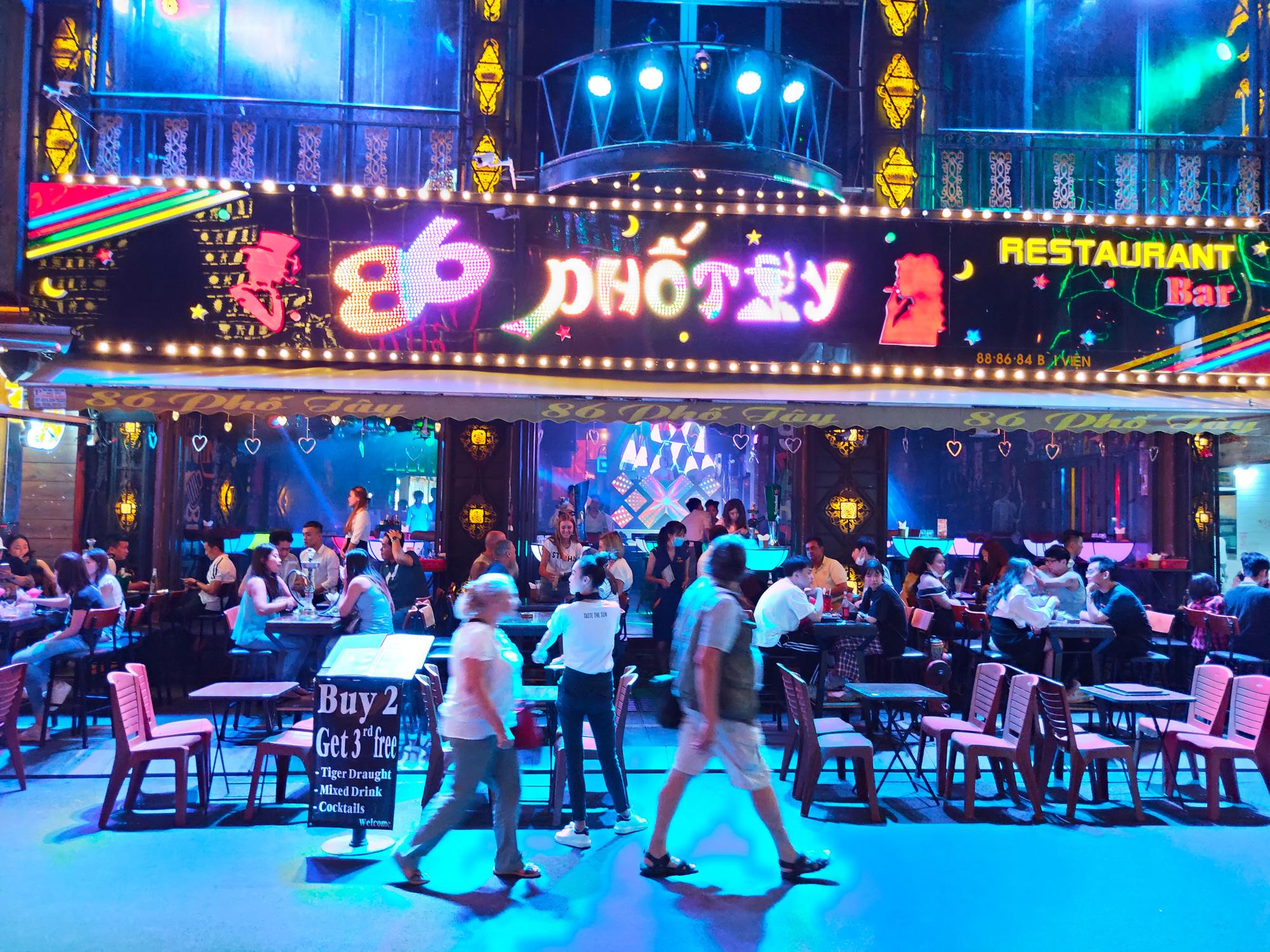 Nóng: TP HCM quyết định đóng cửa toàn bộ rạp chiếu phim, karaoke, quán bar, vũ trường để phòng dịch Covid-19 - Ảnh 1.