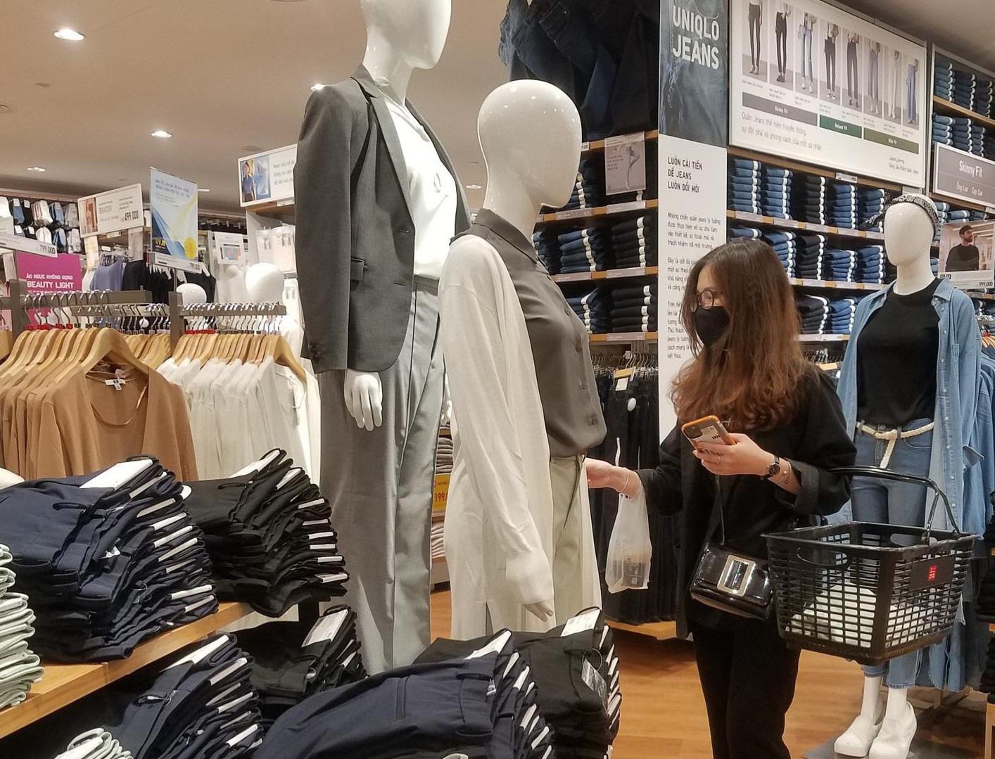 Uniqlo Hà Nội sau 1 tuần khai trương, khách hàng vẫn tới trải nghiệm mua sắm dù đang có dịch bệnh - Ảnh 13.