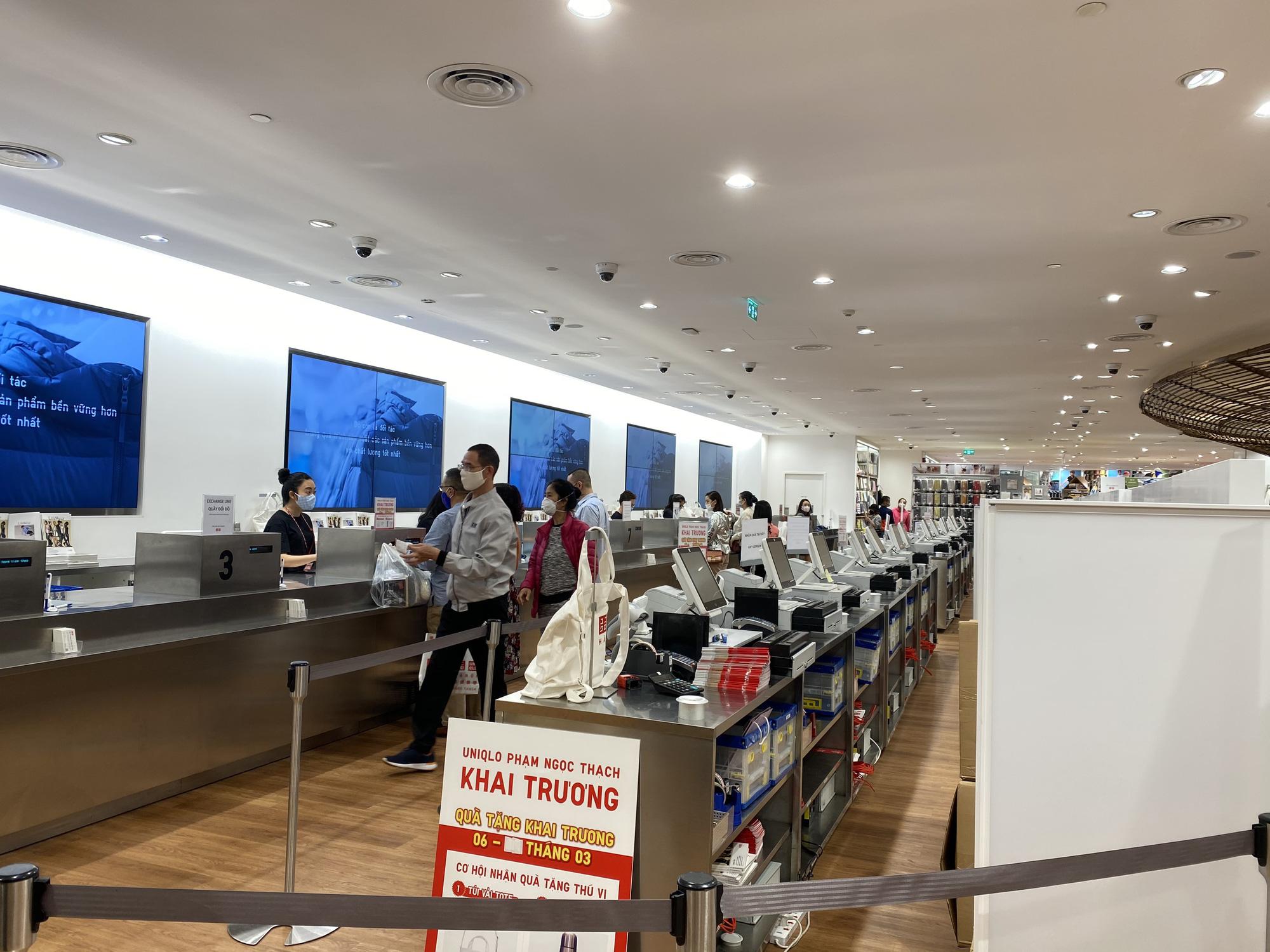 Uniqlo Hà Nội sau 1 tuần khai trương, khách hàng vẫn tới trải nghiệm mua sắm dù đang có dịch bệnh - Ảnh 15.