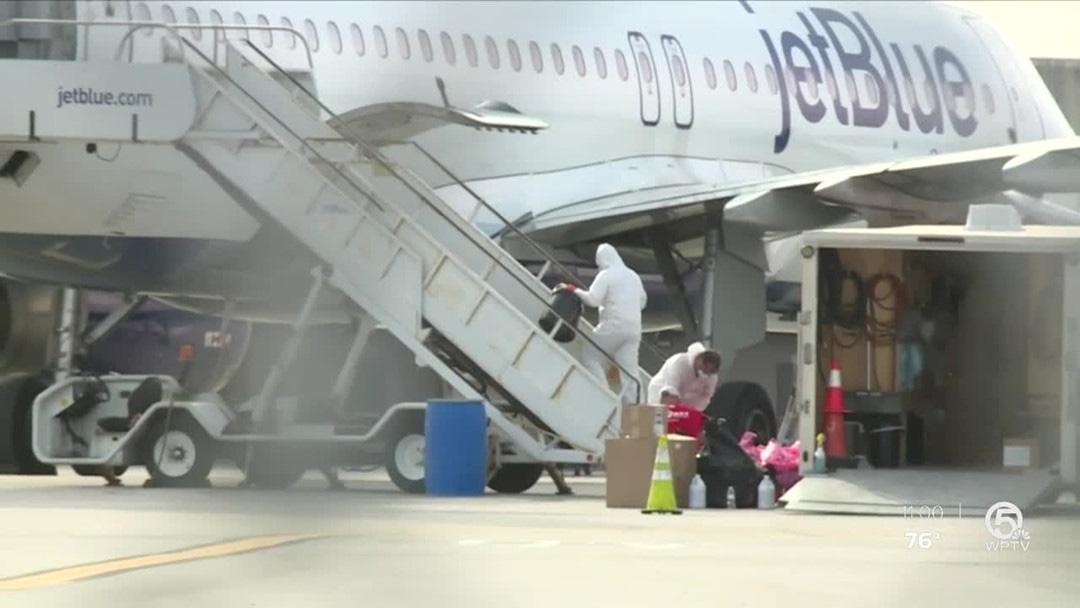 Hành khách bị cấm bay vì máy bay hạ cánh mới báo nhiễm Covid-19 - Ảnh 1.