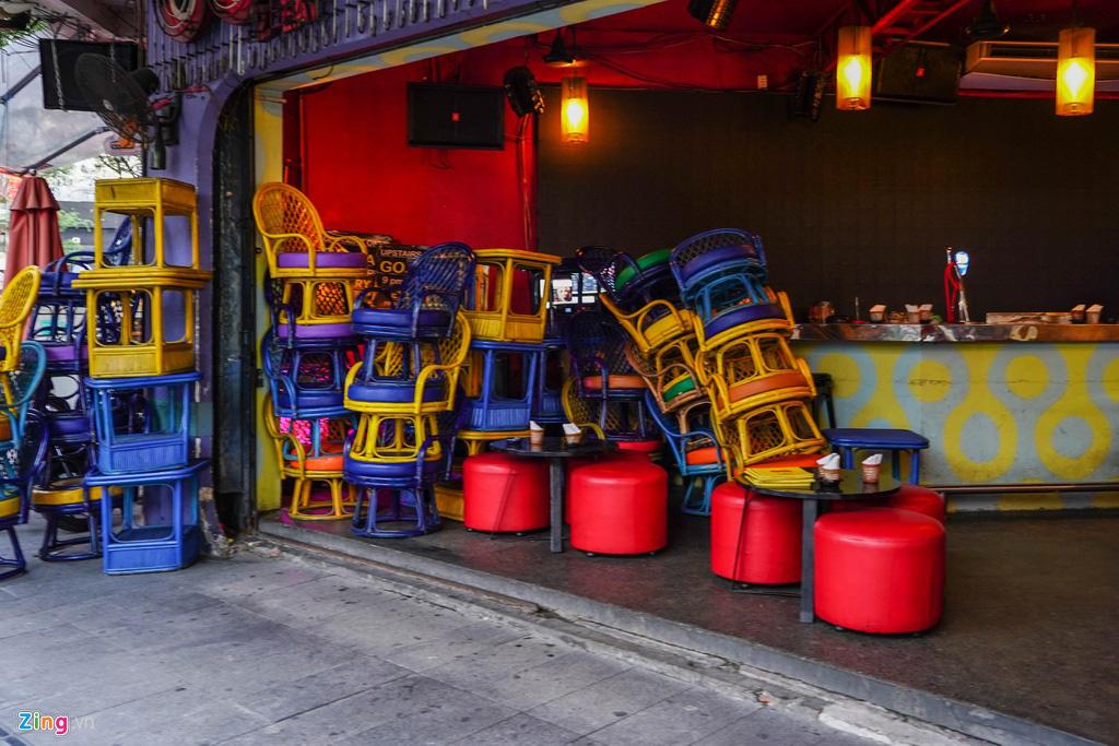 Tiệm massage tắt đèn, quán bar ở Bùi Viện đóng cửa đêm đầu tiên - Ảnh 3.
