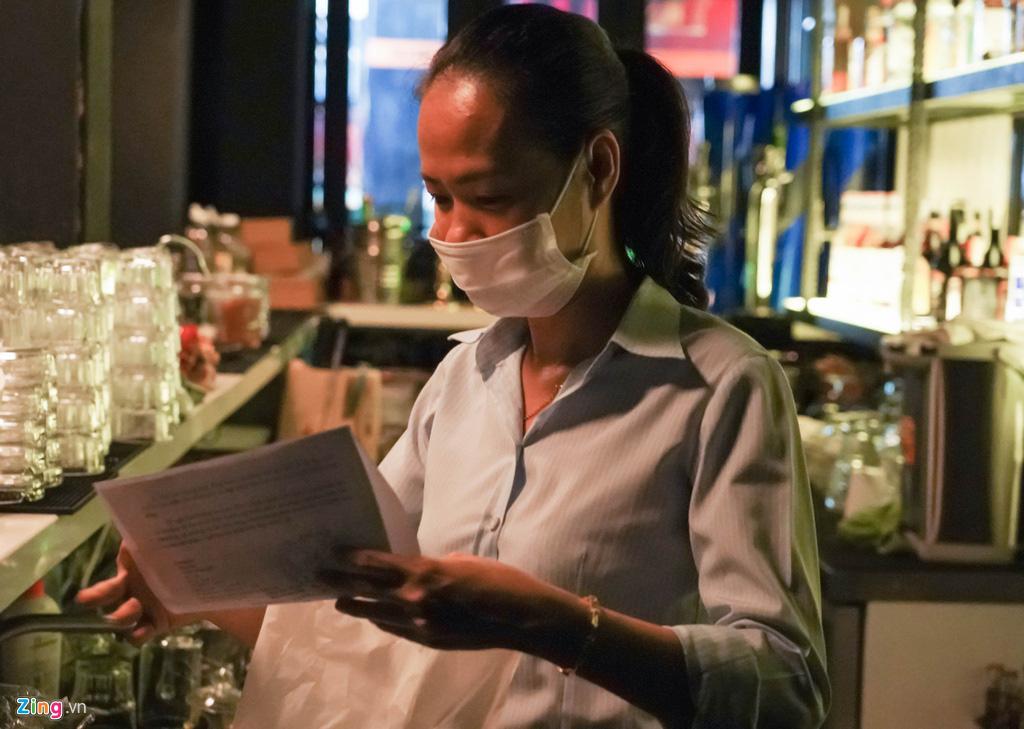 Tiệm massage tắt đèn, quán bar ở Bùi Viện đóng cửa đêm đầu tiên - Ảnh 4.