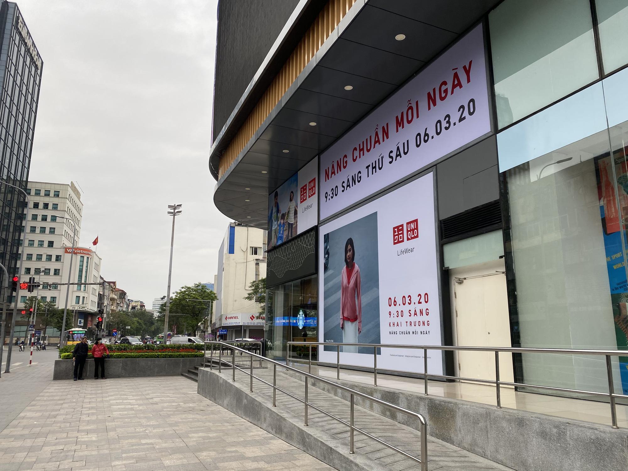 Uniqlo Hà Nội sau 1 tuần khai trương, khách hàng vẫn tới trải nghiệm mua sắm dù đang có dịch bệnh - Ảnh 2.