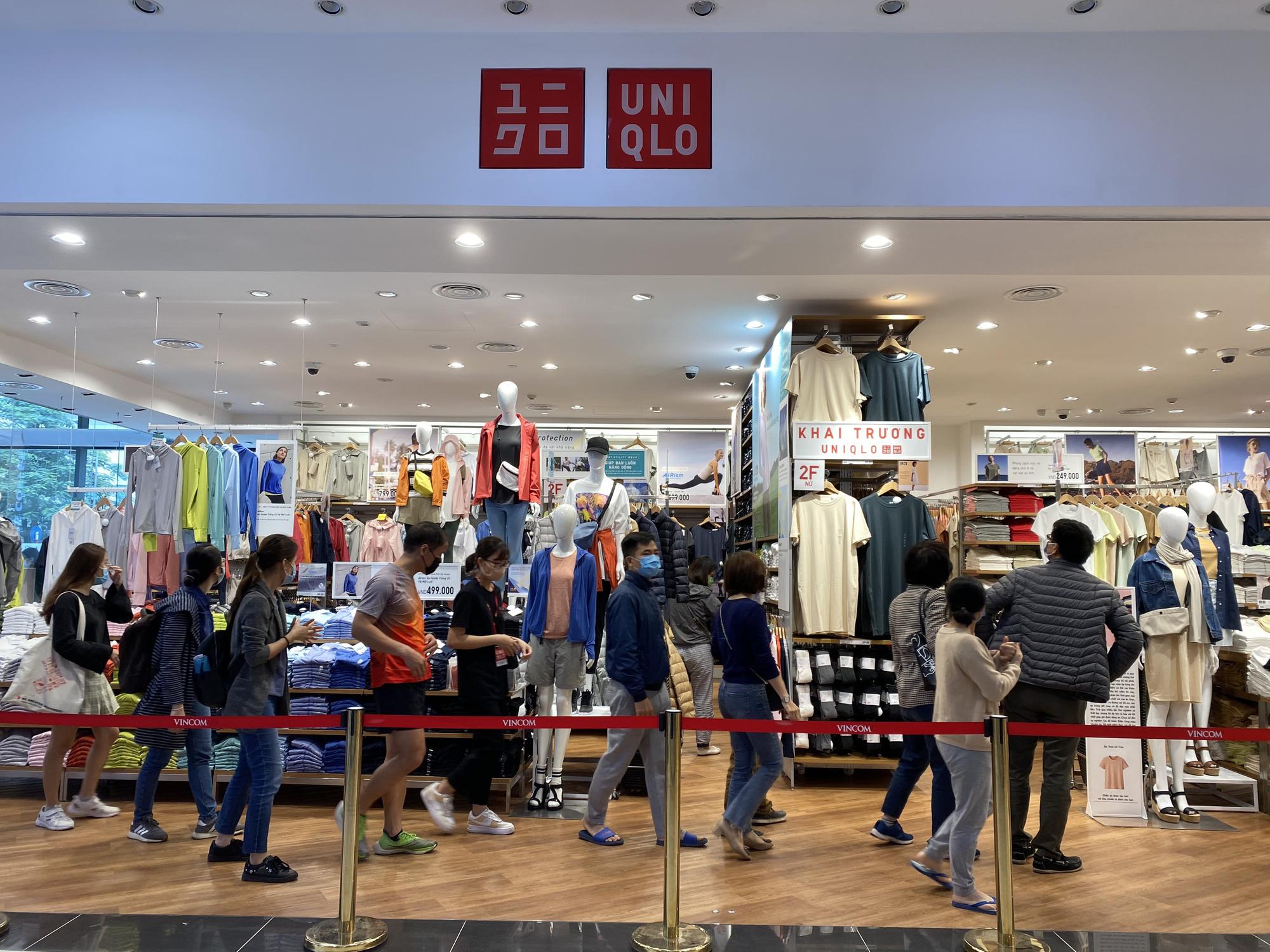 Uniqlo Hà Nội sau 1 tuần khai trương, khách hàng vẫn tới trải nghiệm mua sắm dù đang có dịch bệnh - Ảnh 1.