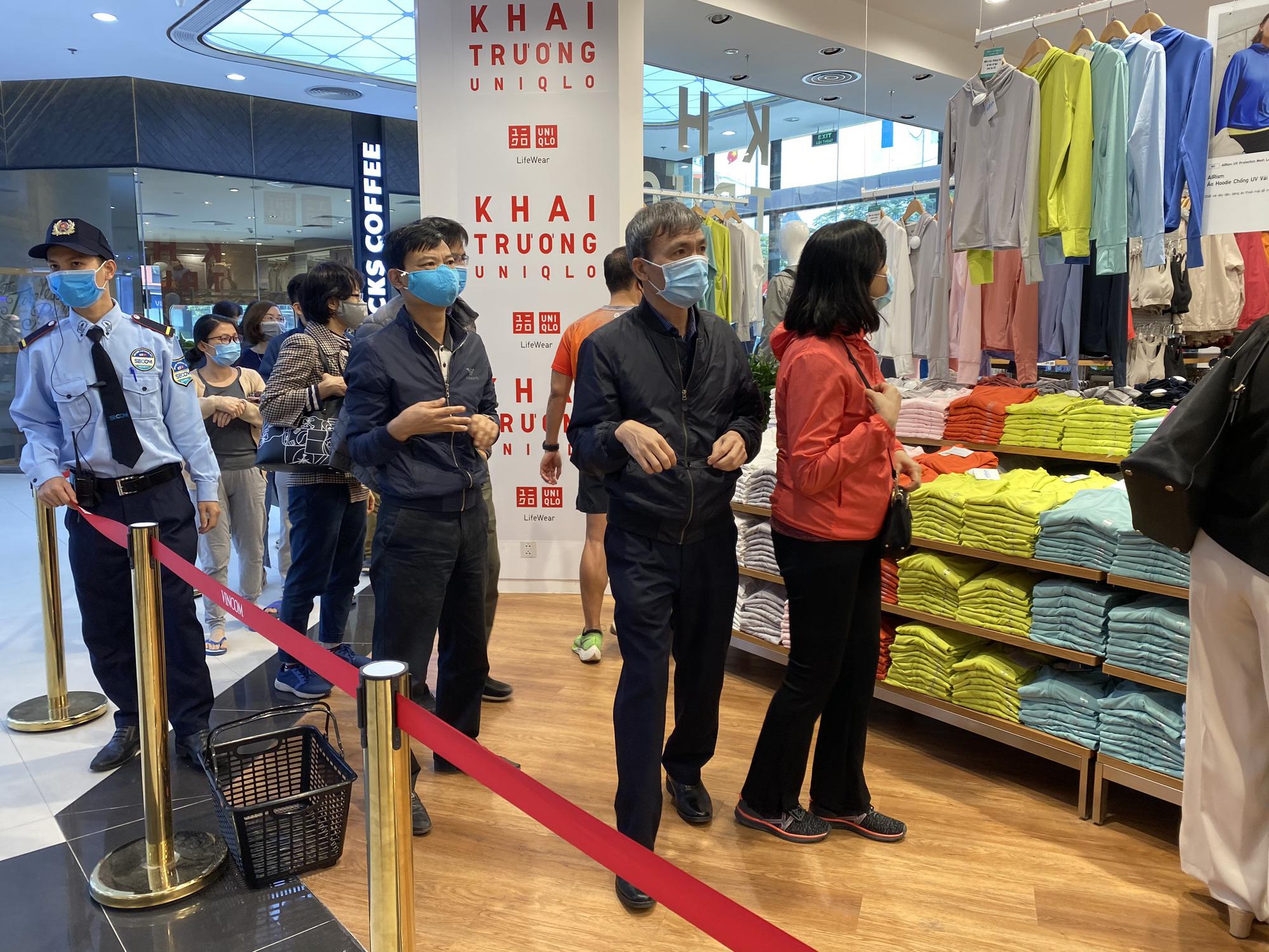 Uniqlo Hà Nội sau 1 tuần khai trương, khách hàng vẫn tới trải nghiệm mua sắm dù đang có dịch bệnh - Ảnh 4.