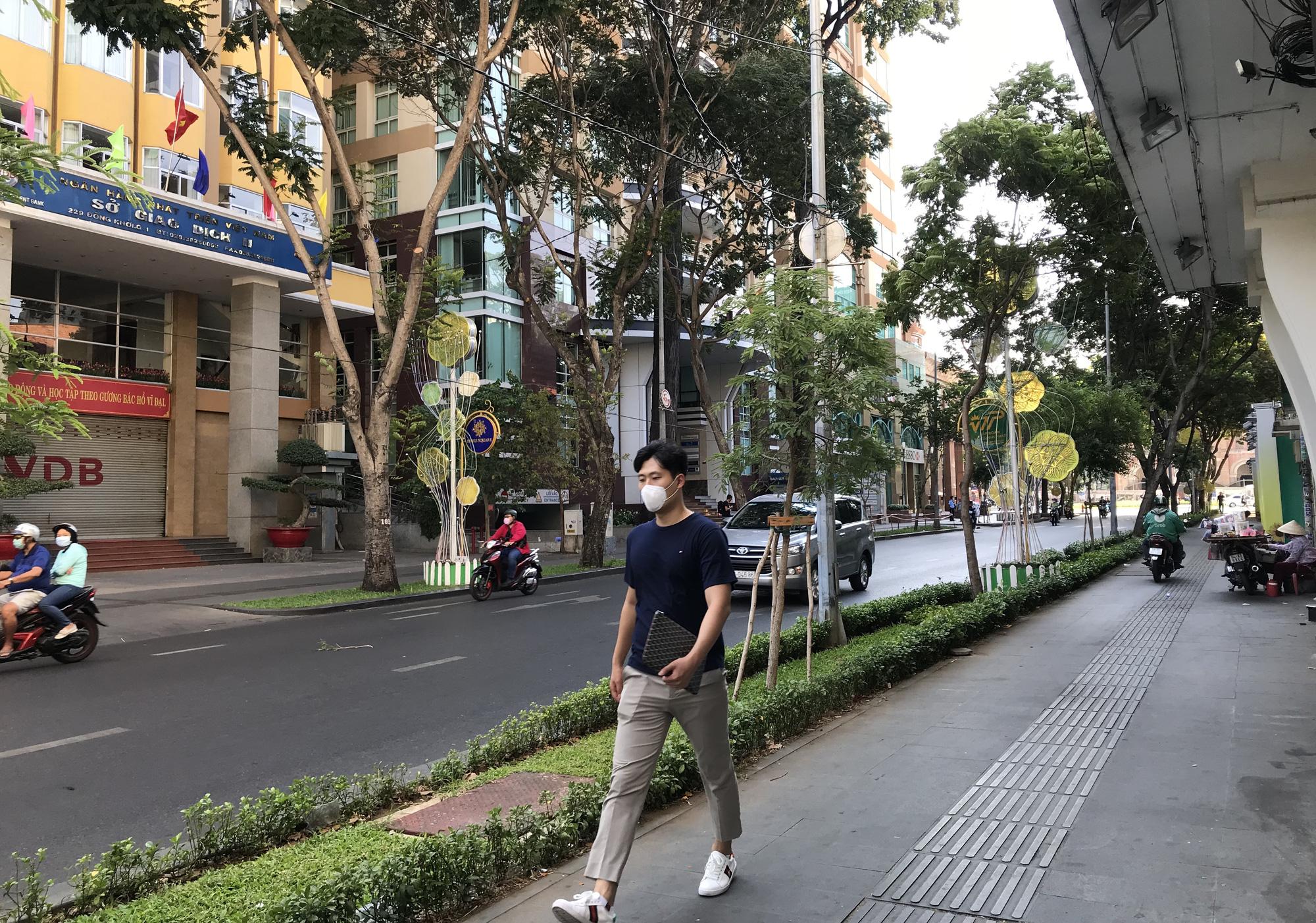 Liên tiếp xuất hiện ca nhiễm Covid-19, đường Sài Gòn vắng tanh, Vincom Đồng Khởi không một bóng người - Ảnh 14.