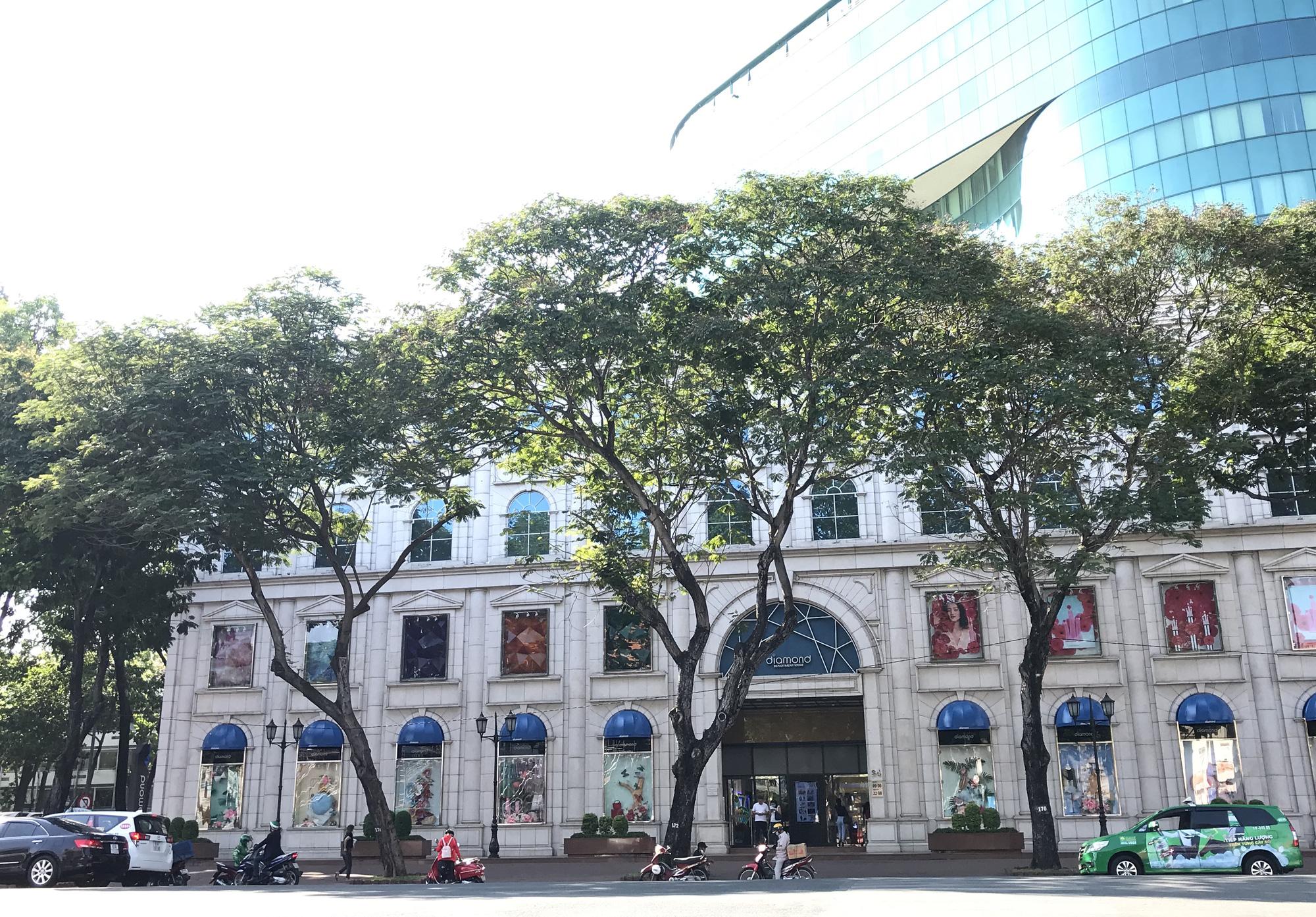 Liên tiếp xuất hiện ca nhiễm Covid-19, đường Sài Gòn vắng tanh, Vincom Đồng Khởi không một bóng người - Ảnh 8.