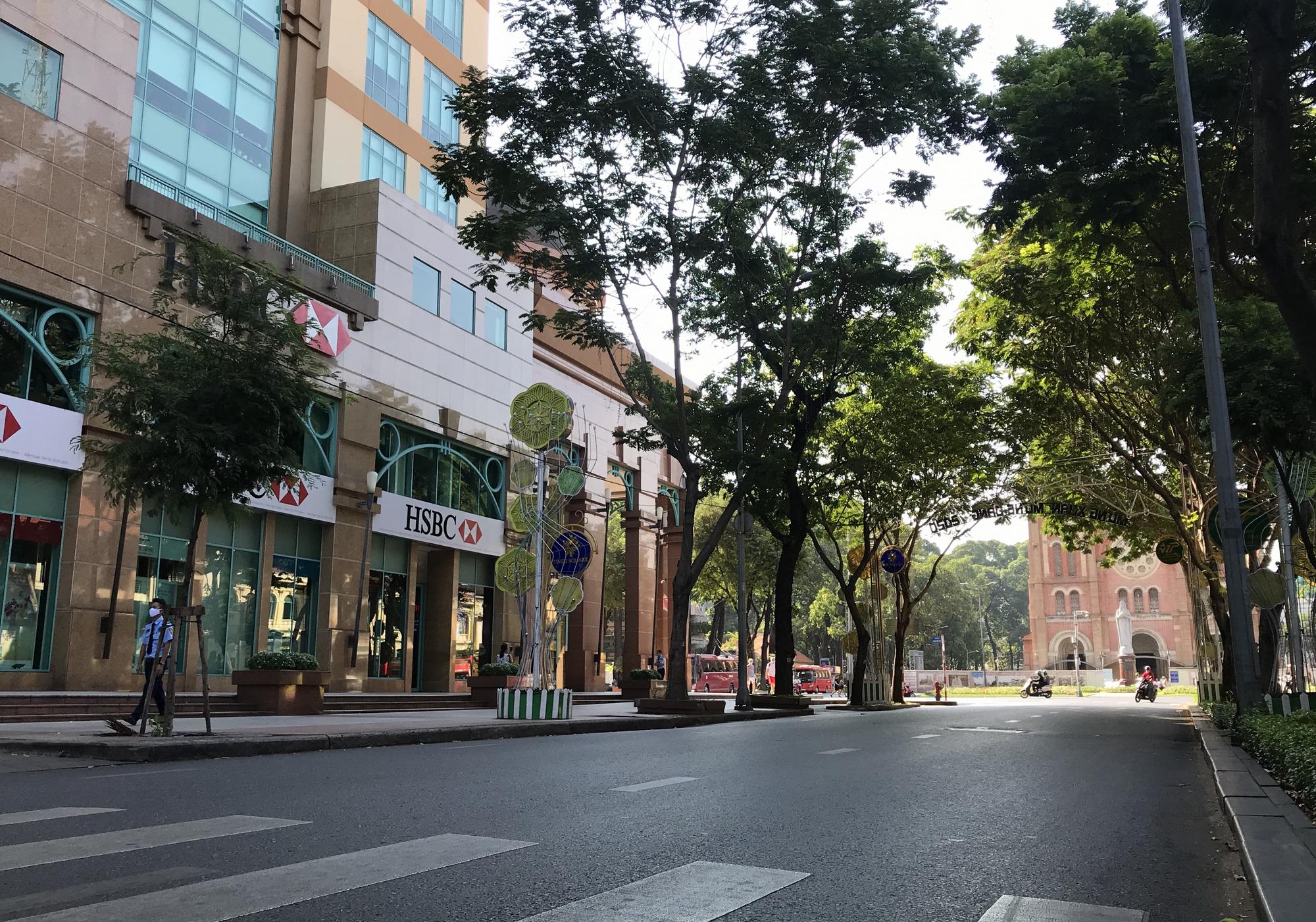 Liên tiếp xuất hiện ca nhiễm Covid-19, đường Sài Gòn vắng tanh, Vincom Đồng Khởi không một bóng người - Ảnh 3.