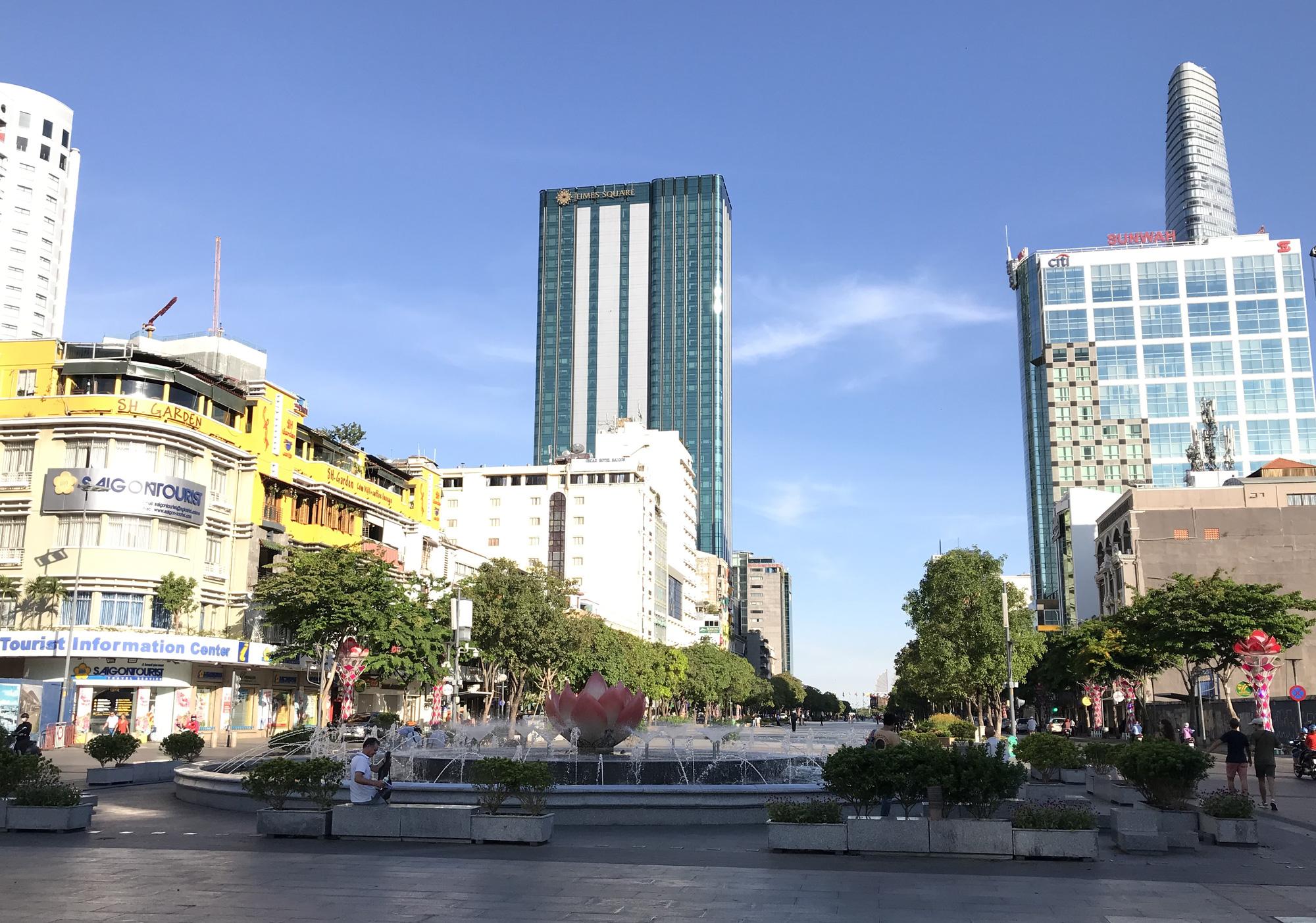 Liên tiếp xuất hiện ca nhiễm Covid-19, đường Sài Gòn vắng tanh, Vincom Đồng Khởi không một bóng người - Ảnh 11.