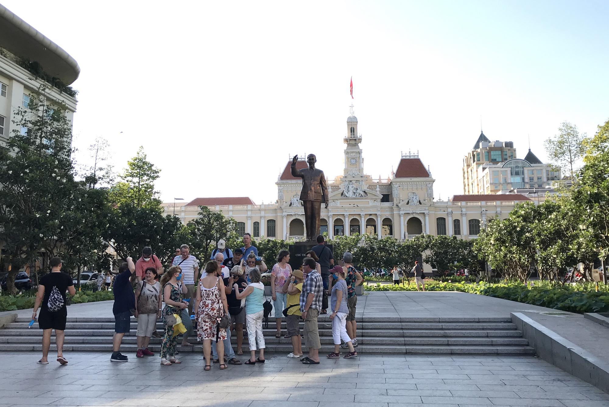 Liên tiếp xuất hiện ca nhiễm Covid-19, đường Sài Gòn vắng tanh, Vincom Đồng Khởi không một bóng người - Ảnh 12.