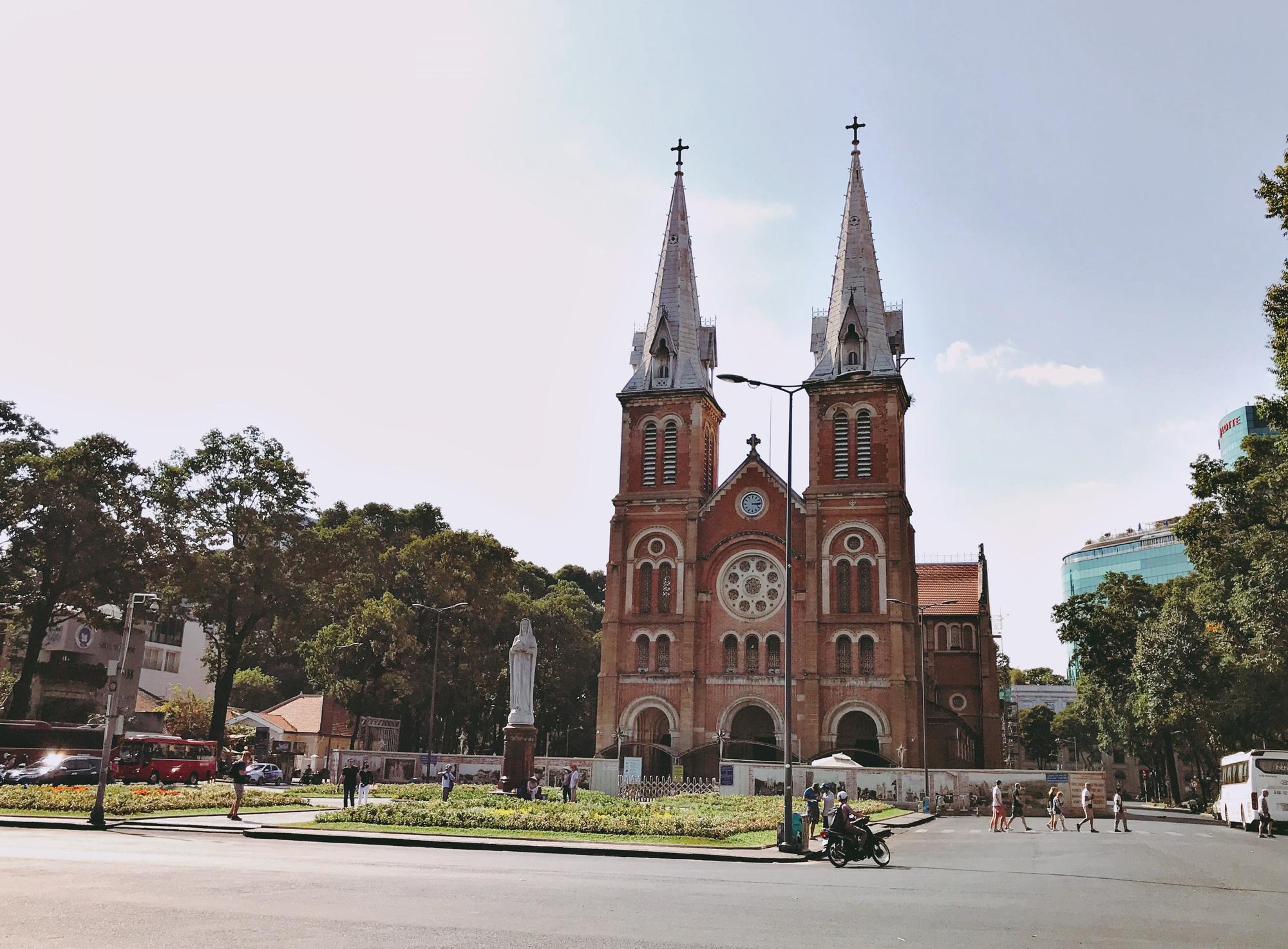 Liên tiếp xuất hiện ca nhiễm Covid-19, đường Sài Gòn vắng tanh, Vincom Đồng Khởi không một bóng người - Ảnh 4.