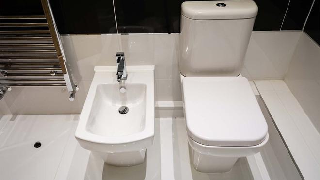 Giấy vệ sinh khan hiếm, doanh thu vòi xịt thông minh tăng vọt - Ảnh 2.