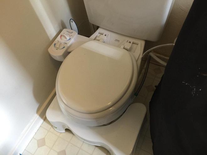 Giấy vệ sinh khan hiếm, doanh thu vòi xịt thông minh tăng vọt - Ảnh 3.