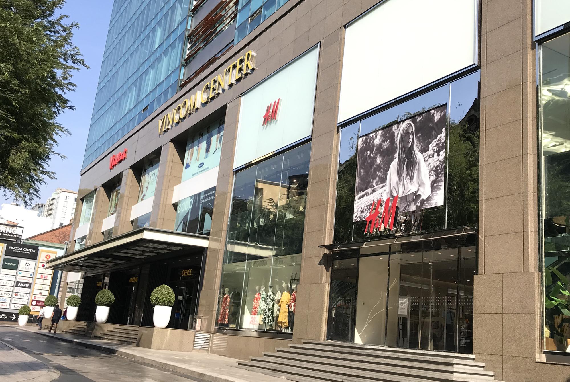 Cuối tuần, Vincom Đồng Khởi, Saigon Centre, Takashimaya vắng tanh vì nỗi lo dịch Covid-19 - Ảnh 2.