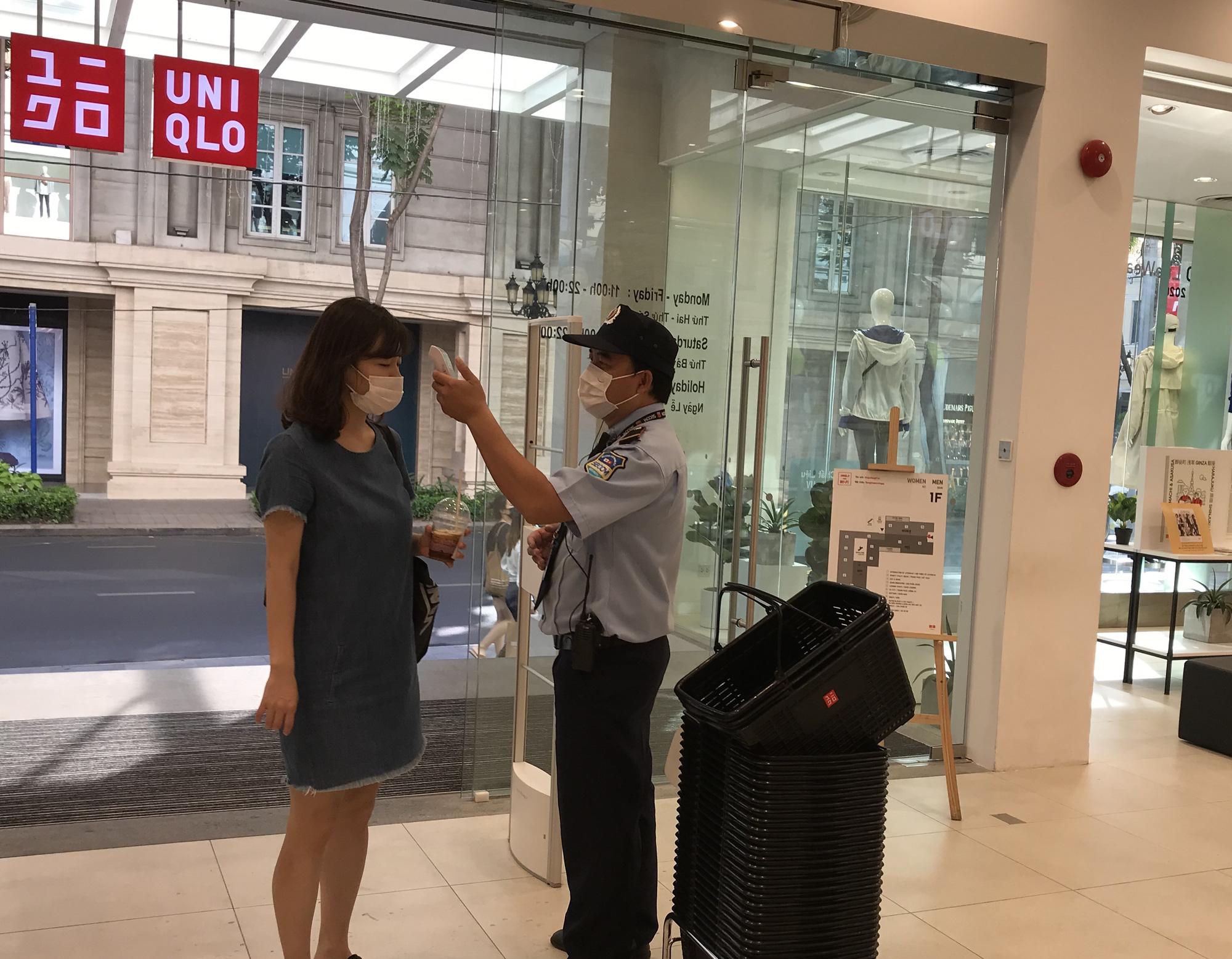 Cuối tuần, Vincom Đồng Khởi, Saigon Centre, Takashimaya vắng tanh vì nỗi lo dịch Covid-19 - Ảnh 11.
