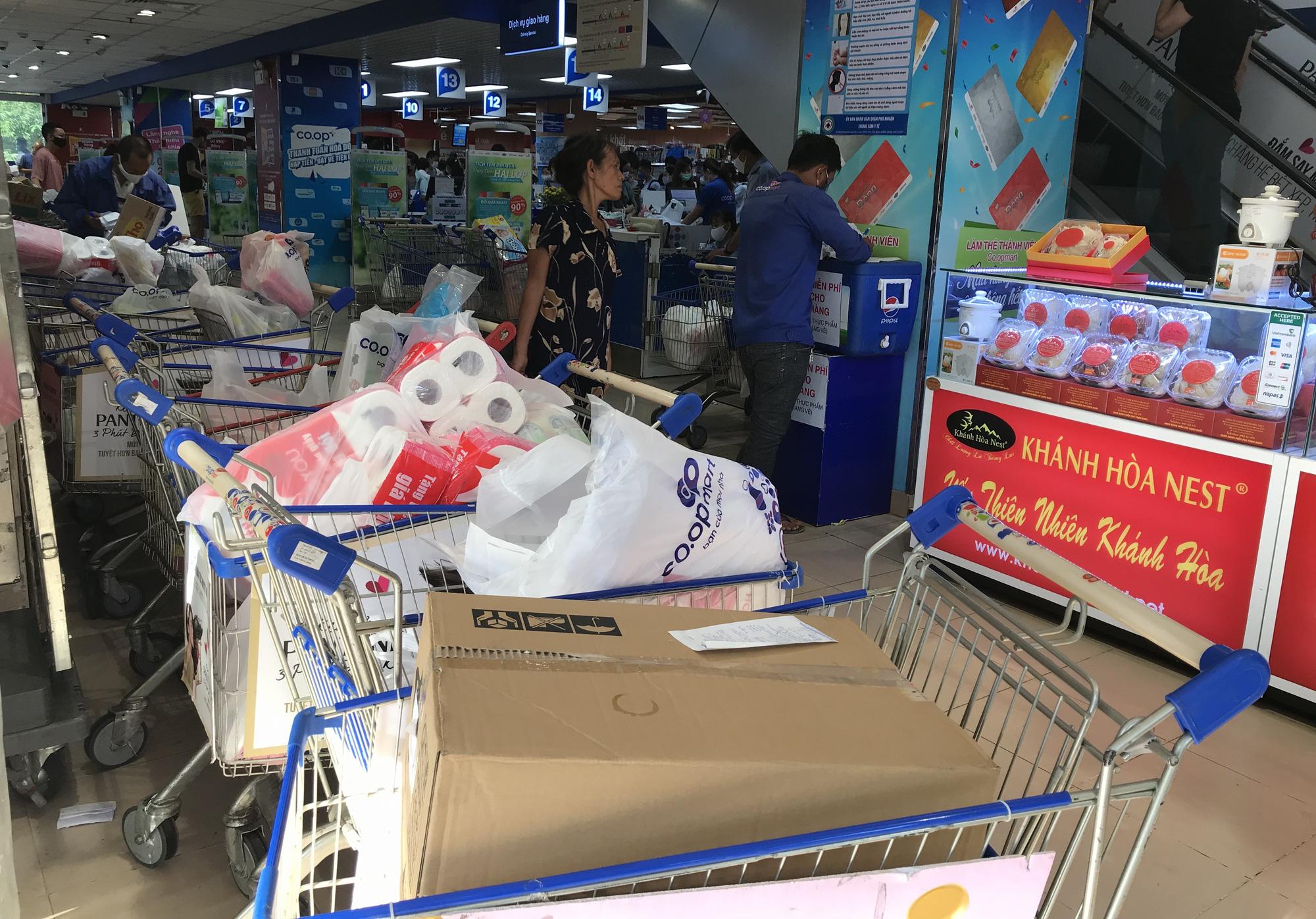 Trái ngược cảnh vắng tanh tại Vincom Đồng Khởi, Saigon Centre... siêu thị Sài Gòn cuối tuần bán mỏi tay - Ảnh 8.