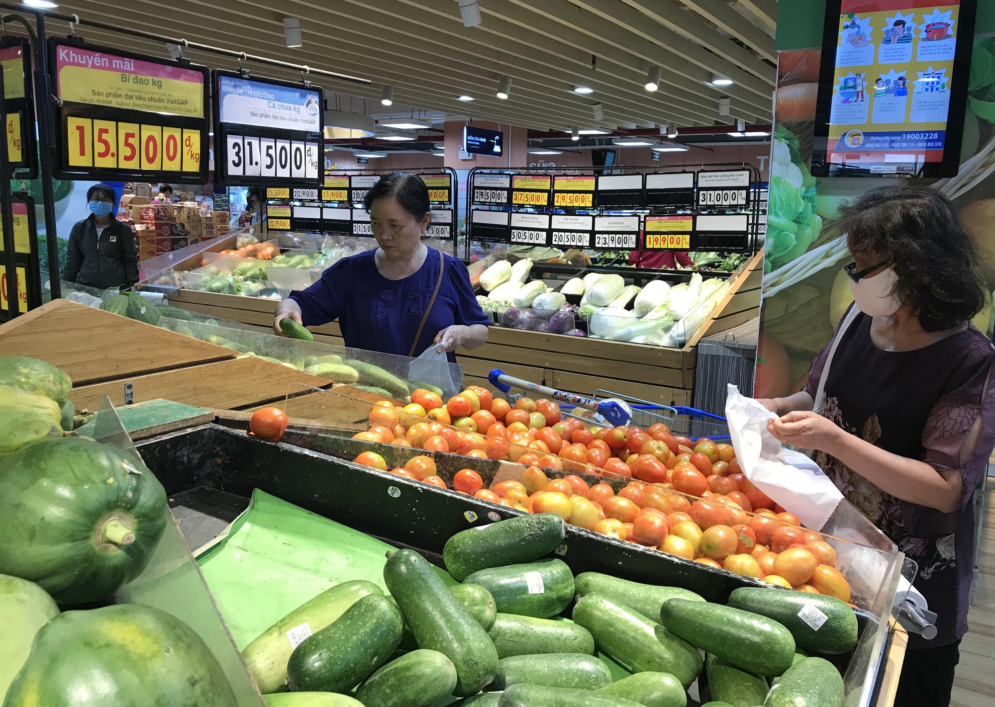 Trái ngược cảnh vắng tanh tại Vincom Đồng Khởi, Saigon Centre... siêu thị Sài Gòn cuối tuần bán mỏi tay - Ảnh 4.