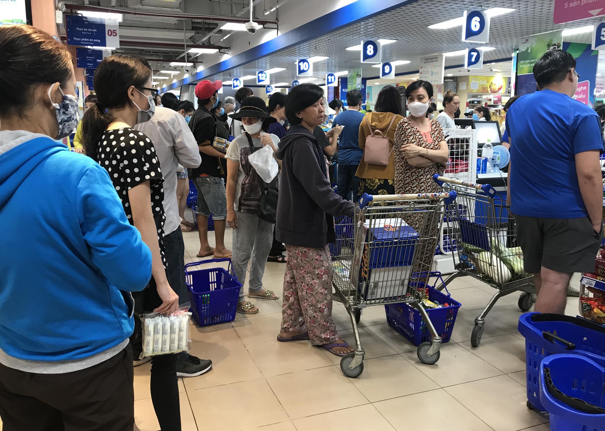 Trái ngược cảnh vắng tanh tại Vincom Đồng Khởi, Saigon Centre... siêu thị Sài Gòn cuối tuần bán mỏi tay - Ảnh 2.