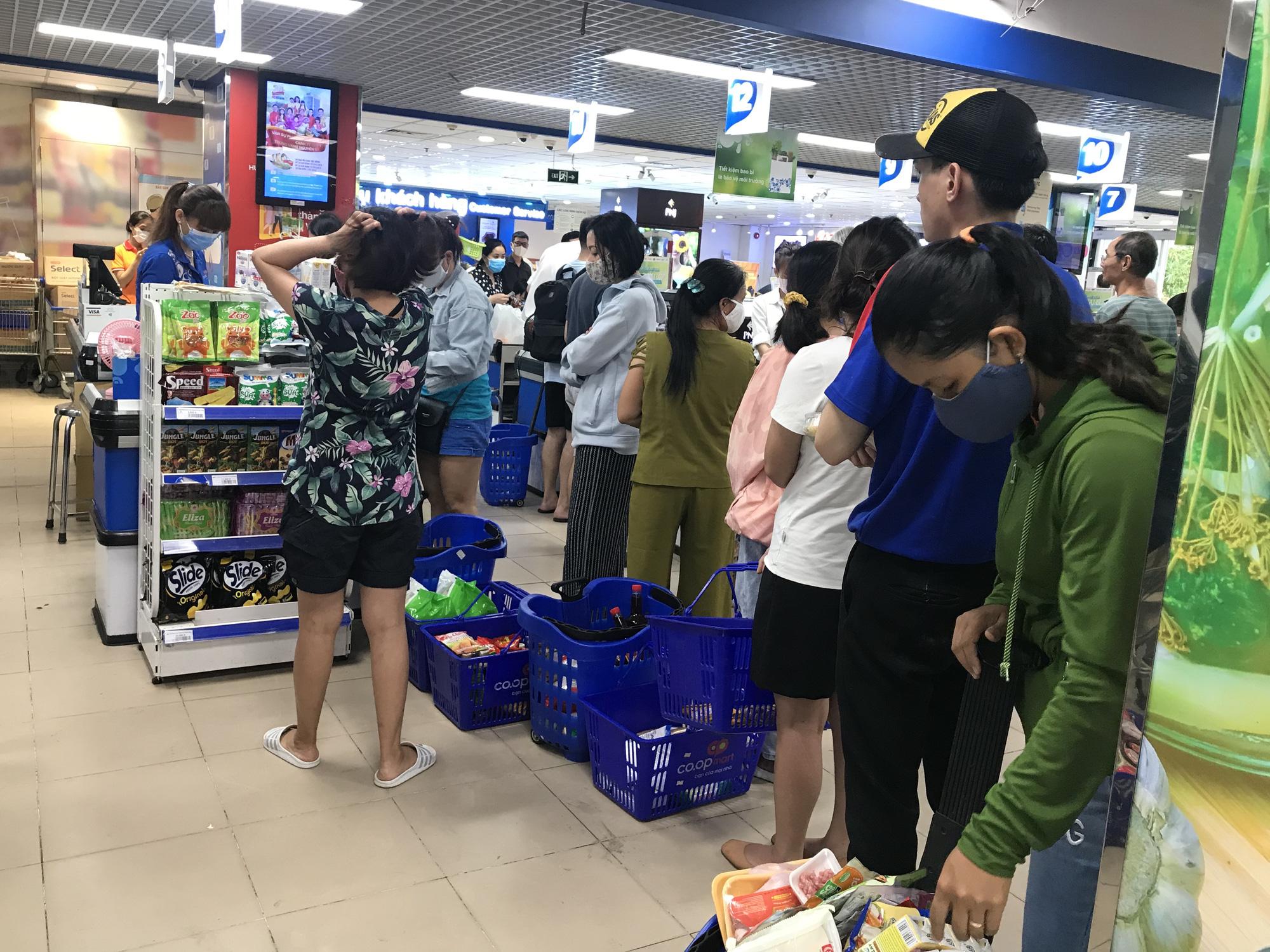 Trái ngược cảnh vắng tanh tại Vincom Đồng Khởi, Saigon Centre... siêu thị Sài Gòn cuối tuần bán mỏi tay - Ảnh 7.