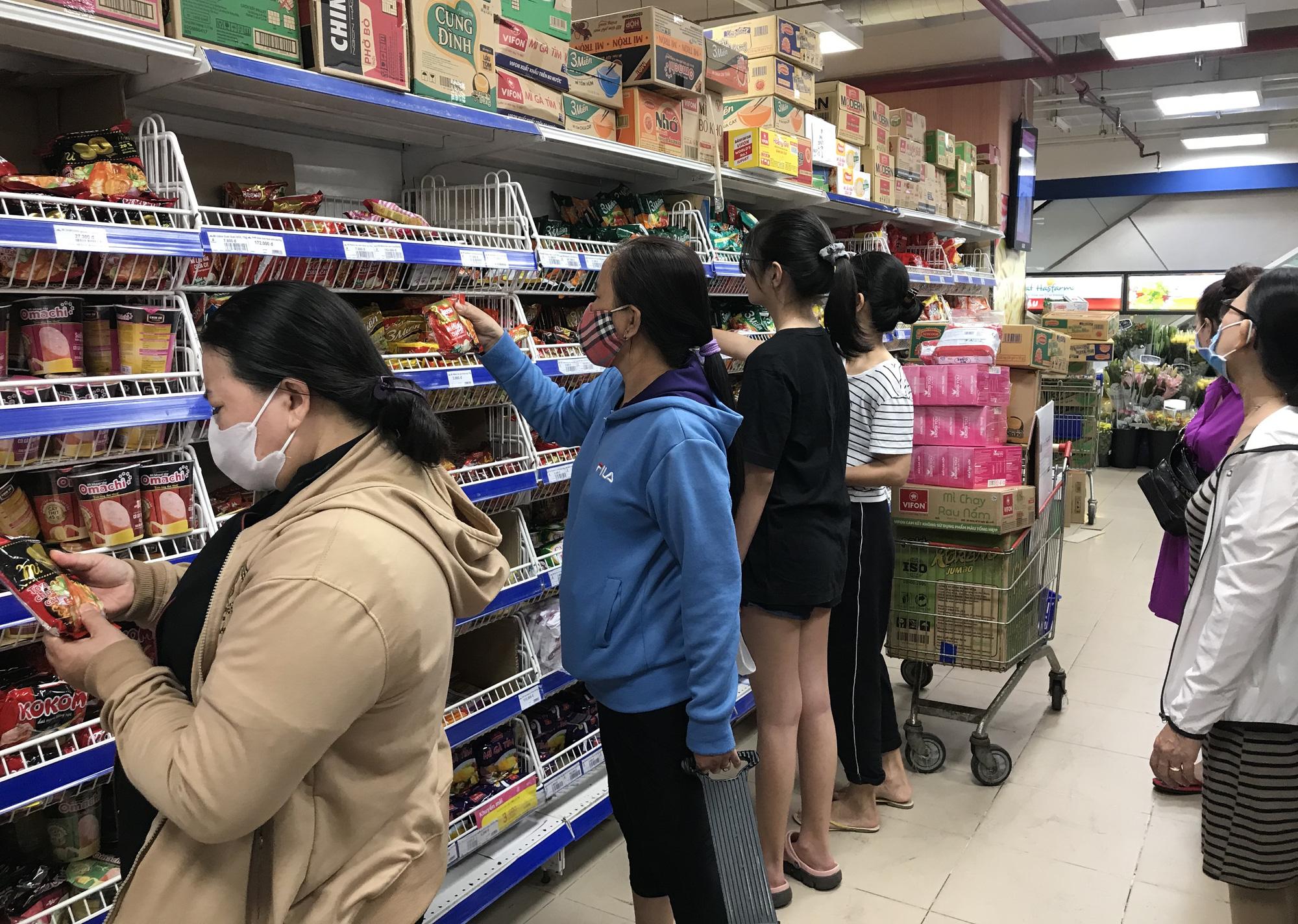 Trái ngược cảnh vắng tanh tại Vincom Đồng Khởi, Saigon Centre... siêu thị Sài Gòn cuối tuần bán mỏi tay - Ảnh 6.