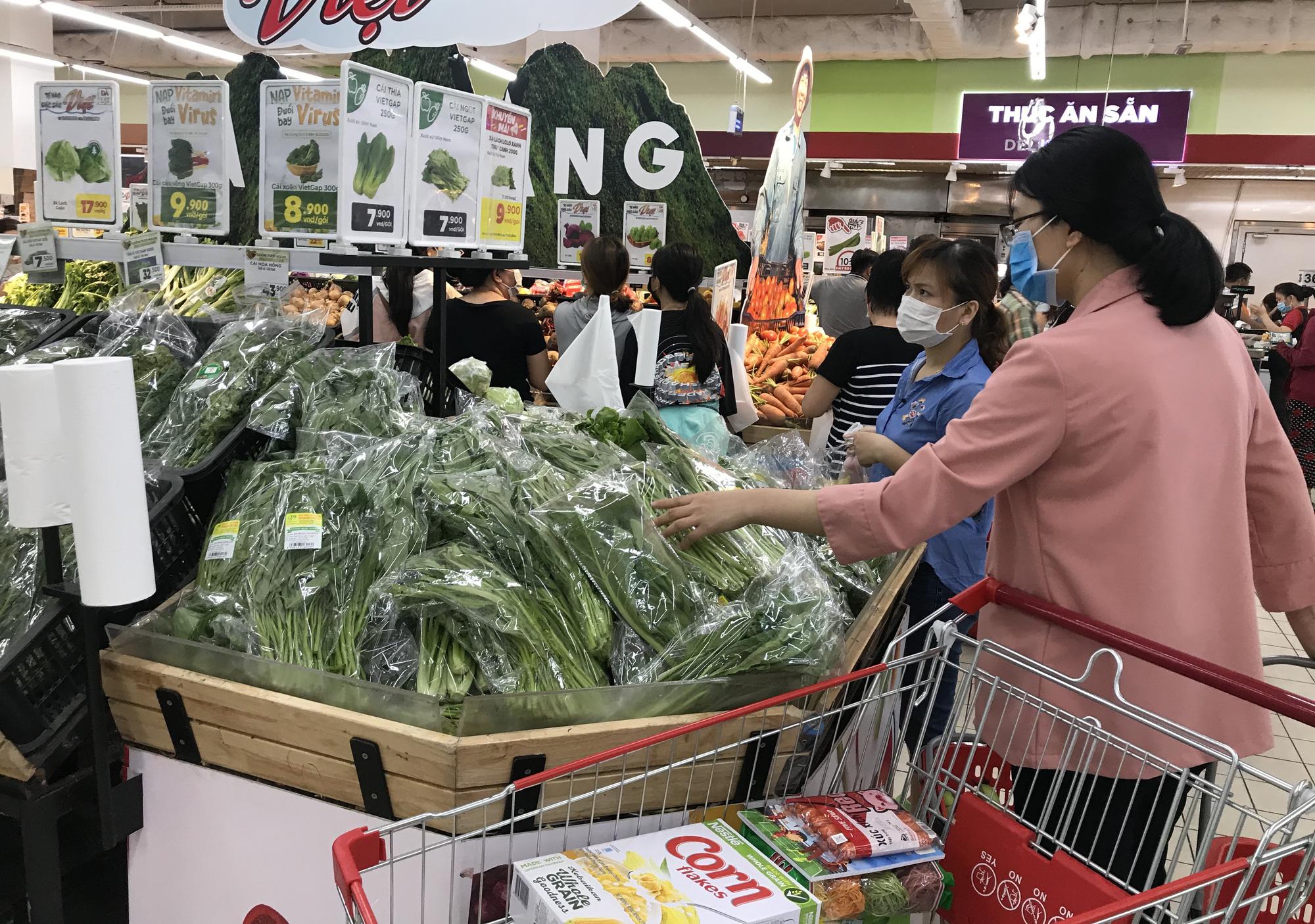 Trái ngược cảnh vắng tanh tại Vincom Đồng Khởi, Saigon Centre... siêu thị Sài Gòn cuối tuần bán mỏi tay - Ảnh 10.