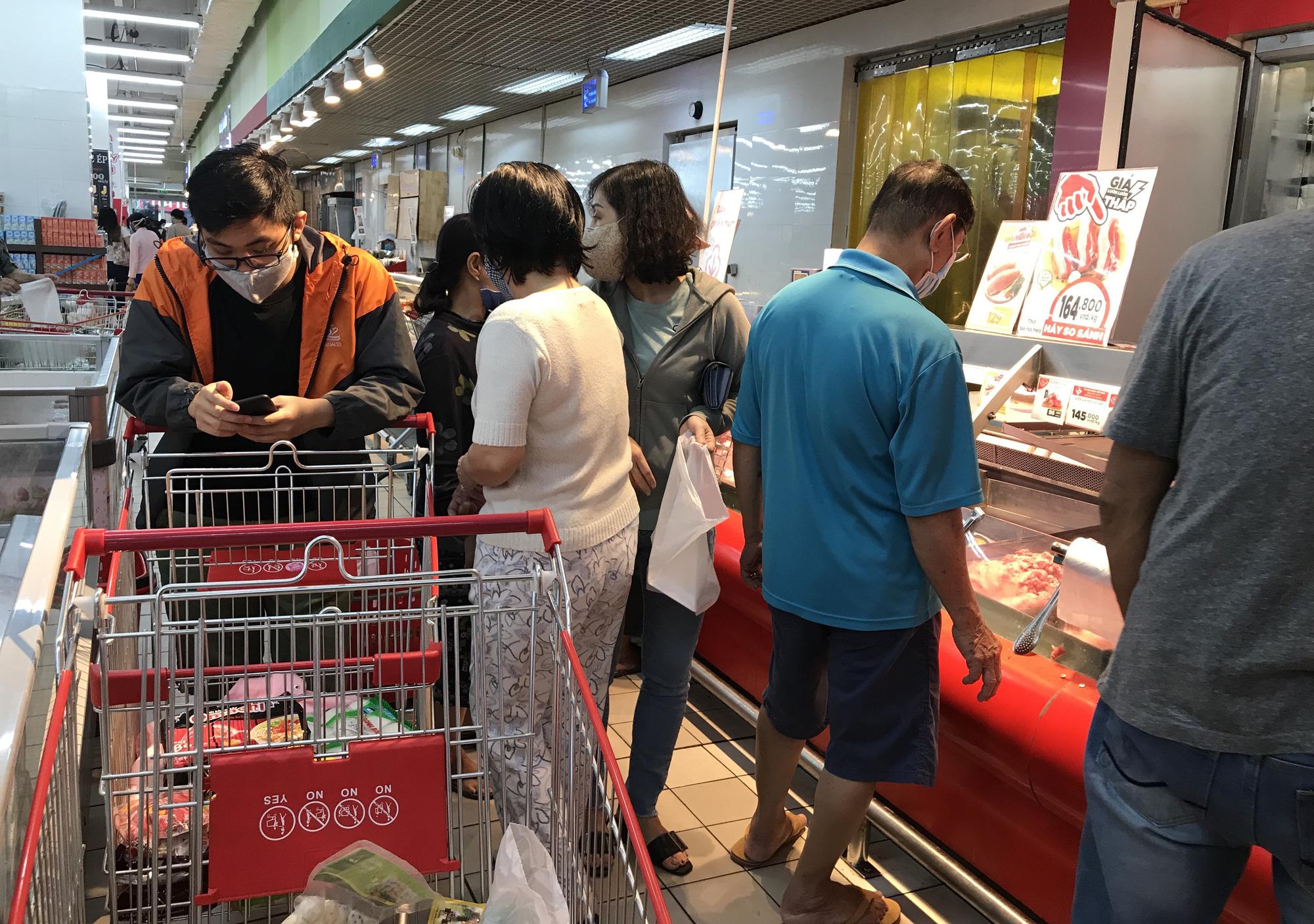 Trái ngược cảnh vắng tanh tại Vincom Đồng Khởi, Saigon Centre... siêu thị Sài Gòn cuối tuần bán mỏi tay - Ảnh 12.