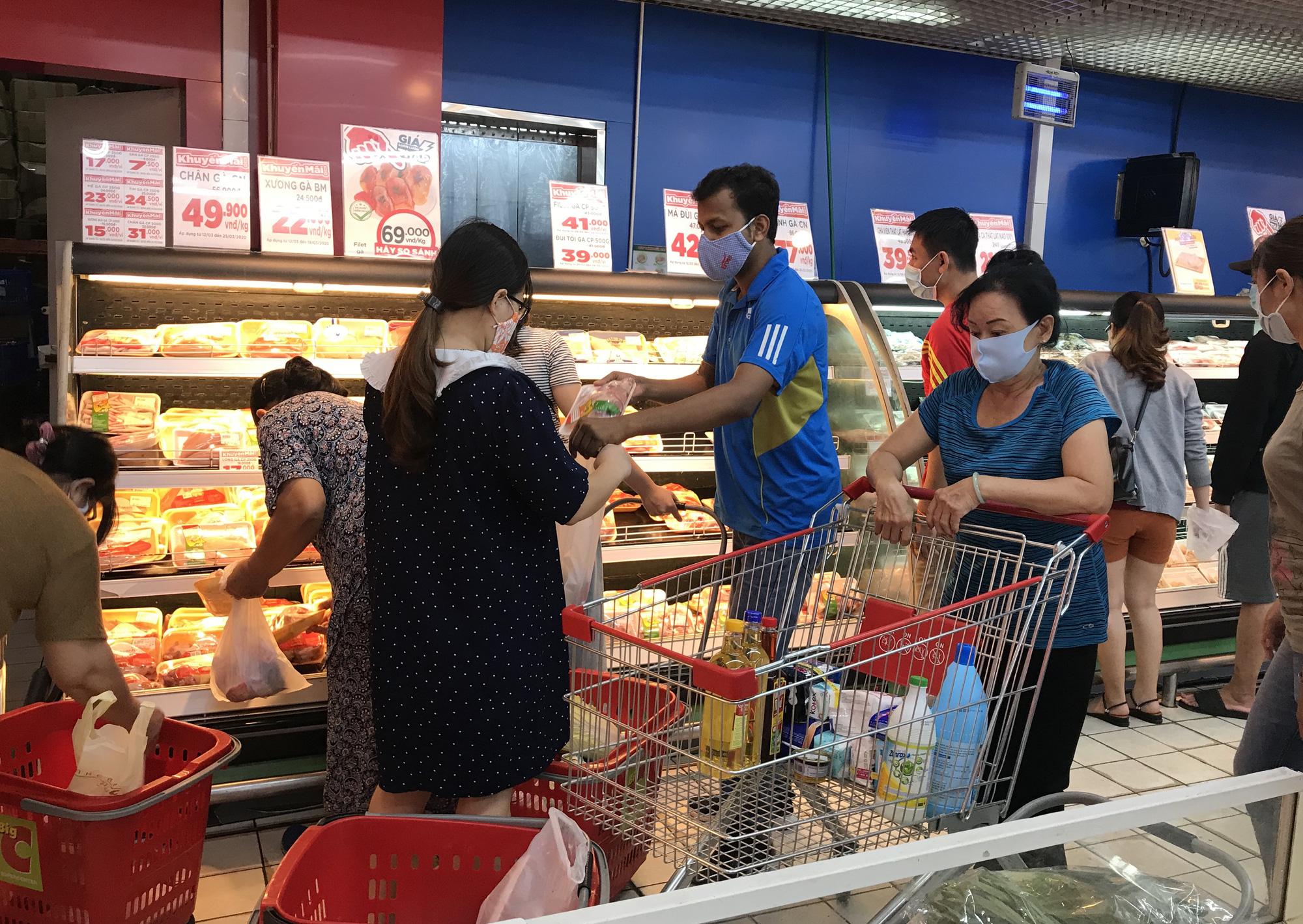 Trái ngược cảnh vắng tanh tại Vincom Đồng Khởi, Saigon Centre... siêu thị Sài Gòn cuối tuần bán mỏi tay - Ảnh 9.