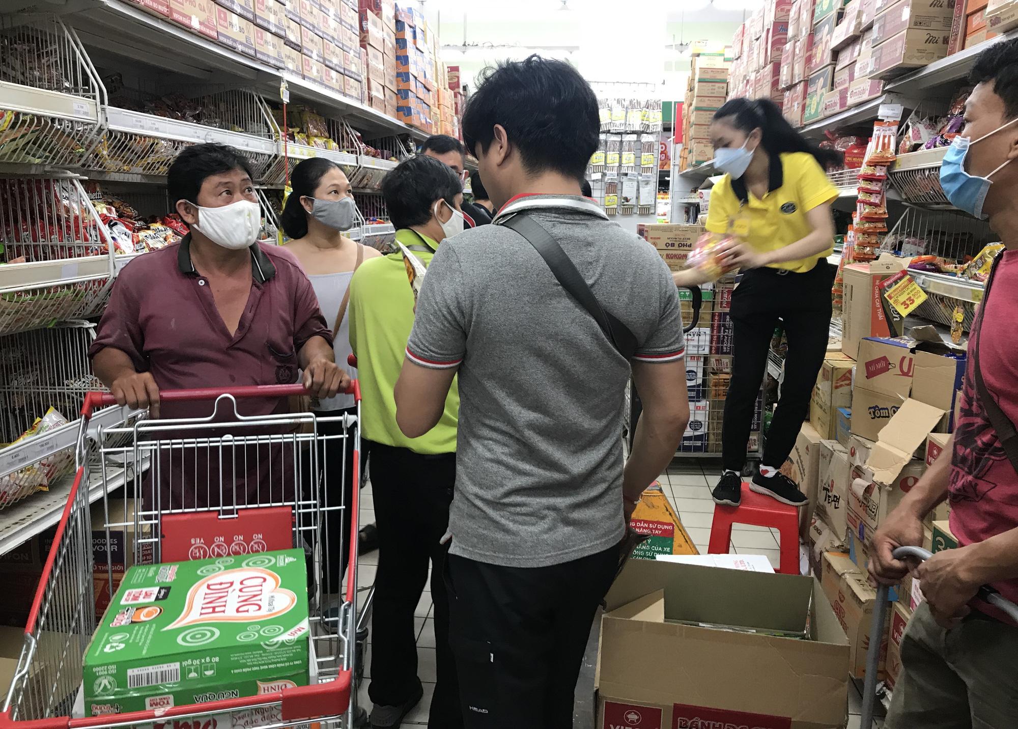 Trái ngược cảnh vắng tanh tại Vincom Đồng Khởi, Saigon Centre... siêu thị Sài Gòn cuối tuần bán mỏi tay - Ảnh 1.