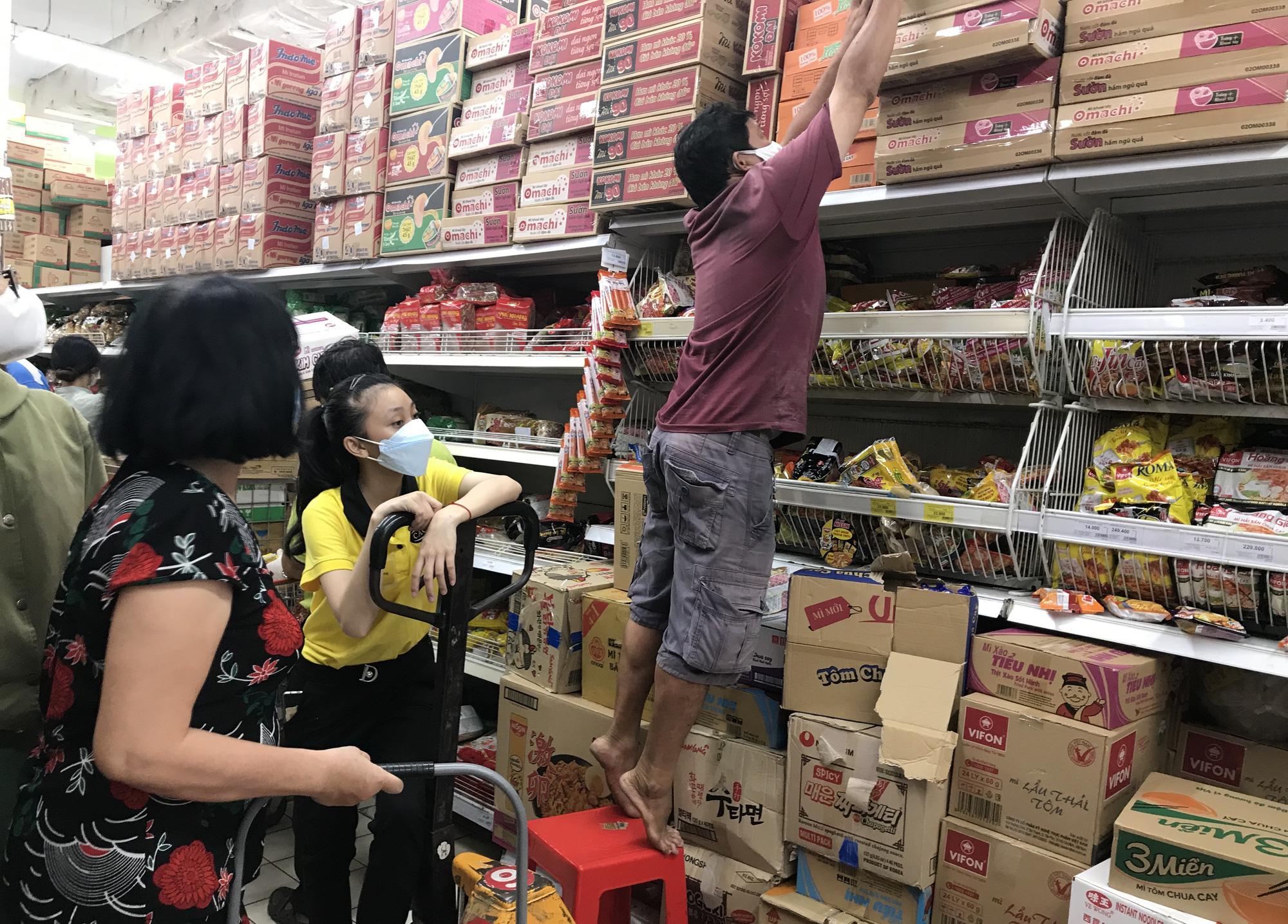 Trái ngược cảnh vắng tanh tại Vincom Đồng Khởi, Saigon Centre... siêu thị Sài Gòn cuối tuần bán mỏi tay - Ảnh 13.