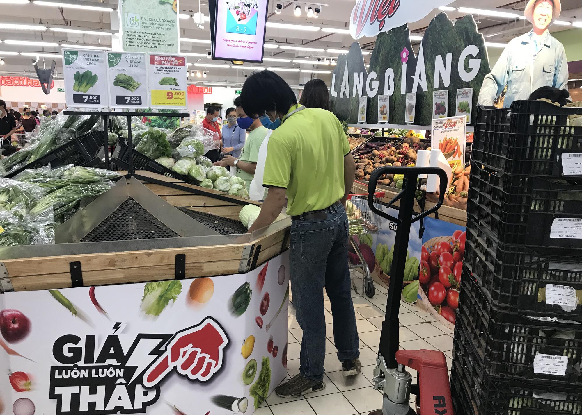 Trái ngược cảnh vắng tanh tại Vincom Đồng Khởi, Saigon Centre... siêu thị Sài Gòn cuối tuần bán mỏi tay - Ảnh 11.