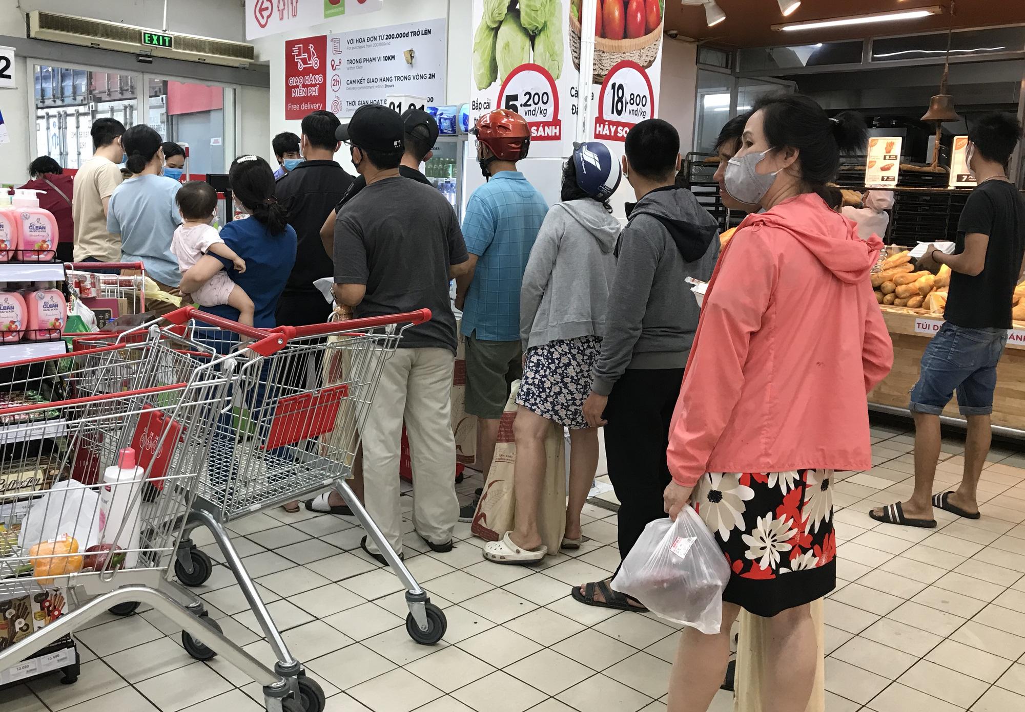 Trái ngược cảnh vắng tanh tại Vincom Đồng Khởi, Saigon Centre... siêu thị Sài Gòn cuối tuần bán mỏi tay - Ảnh 15.