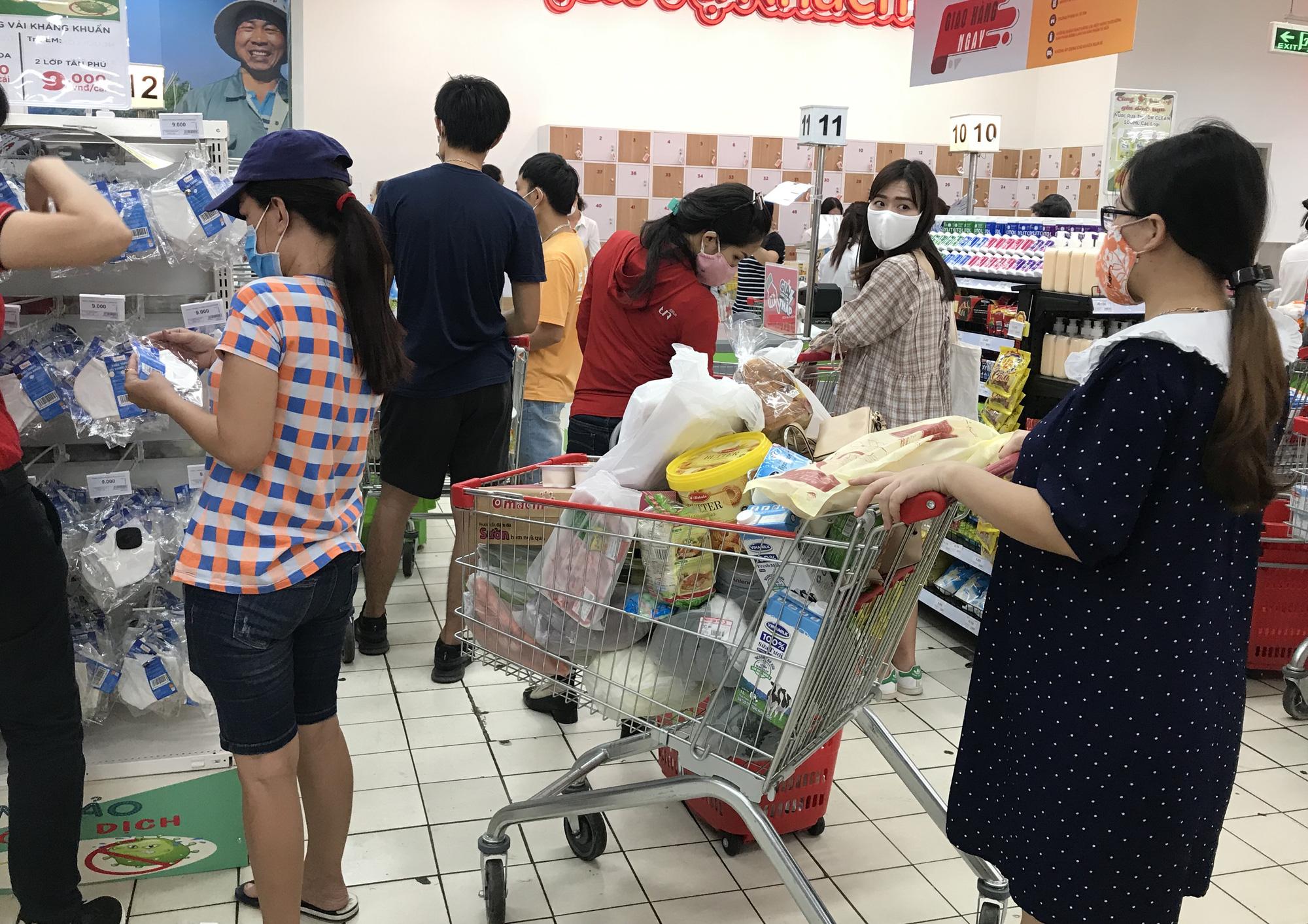 Trái ngược cảnh vắng tanh tại Vincom Đồng Khởi, Saigon Centre... siêu thị Sài Gòn cuối tuần bán mỏi tay - Ảnh 14.