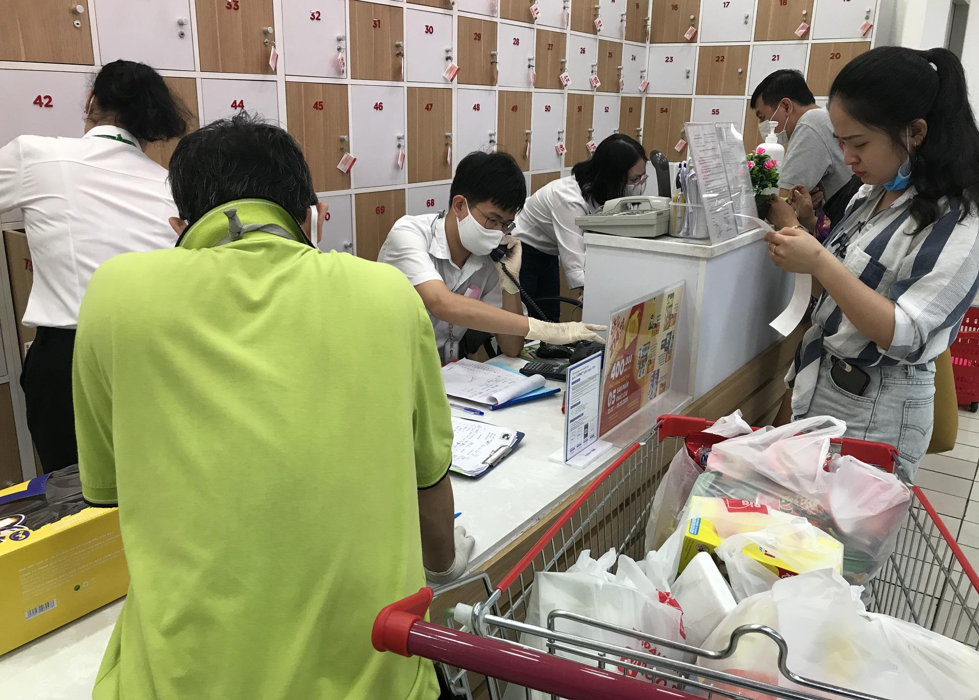Trái ngược cảnh vắng tanh tại Vincom Đồng Khởi, Saigon Centre... siêu thị Sài Gòn cuối tuần bán mỏi tay - Ảnh 16.