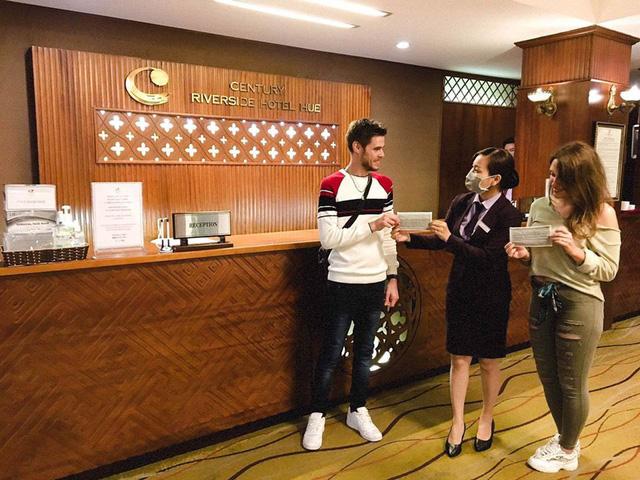 Kiểm tra khai báo y tế của du khách quốc tế tại các khách sạn, nhà nghỉ trên toàn quốc - Ảnh 1.