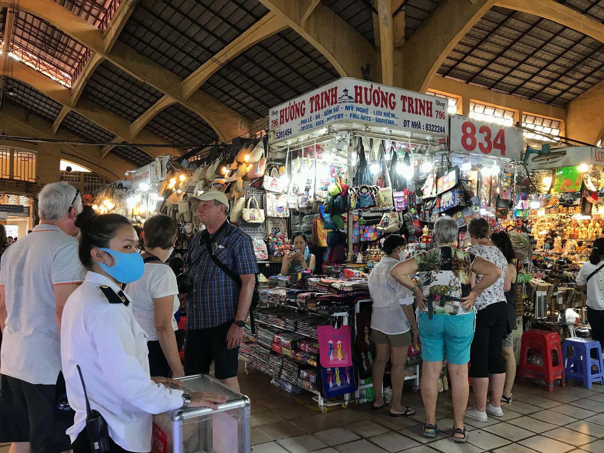 """Nhiều khách Tây vẫn """"làm ngơ"""", không đeo khẩu trang khi đi du lịch ở TP.HCM  - Ảnh 7."""