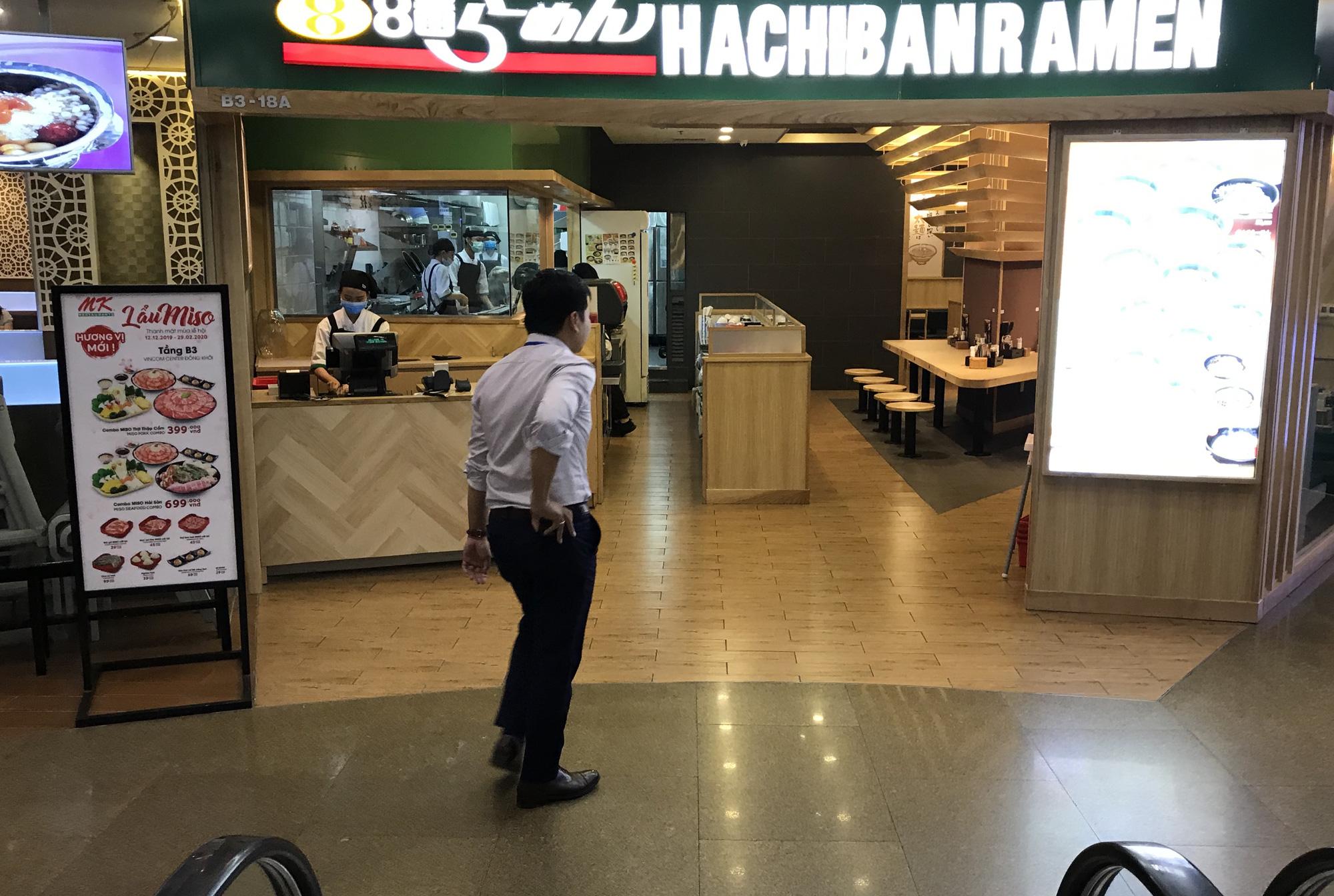 Nhà hàng, quán ăn, cà phê, trà sữa ở Sài Gòn quay lại cảnh đợi khách, vắng tanh chưa từng thấy vì dịch Covid-19 - Ảnh 6.