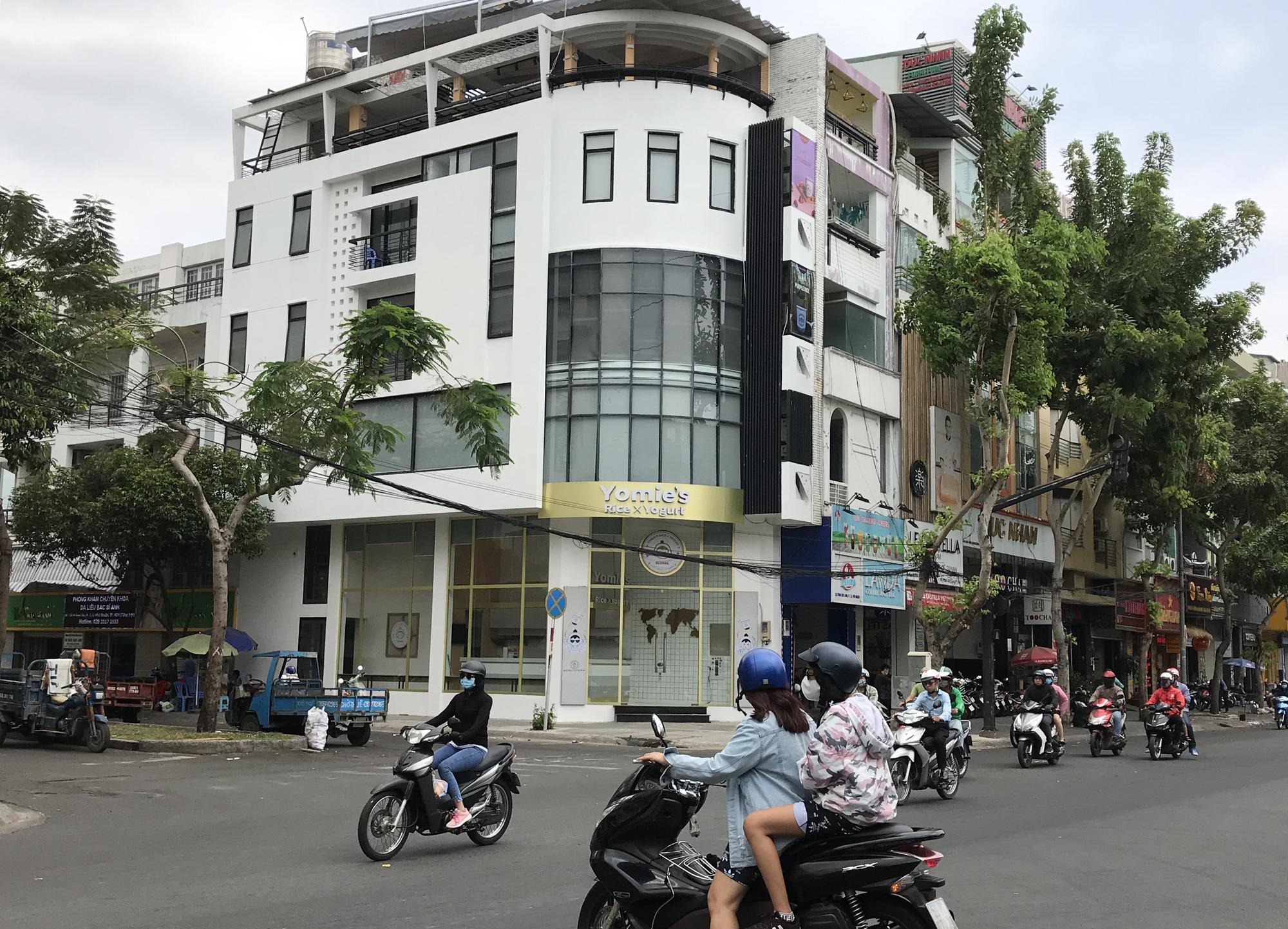 Nhà hàng, quán ăn, cà phê, trà sữa ở Sài Gòn quay lại cảnh đợi khách, vắng tanh chưa từng thấy vì dịch Covid-19 - Ảnh 14.