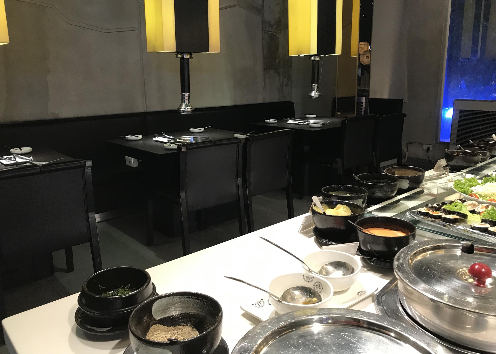 Nhà hàng, quán ăn, cà phê, trà sữa ở Sài Gòn quay lại cảnh đợi khách, vắng tanh chưa từng thấy vì dịch Covid-19 - Ảnh 9.