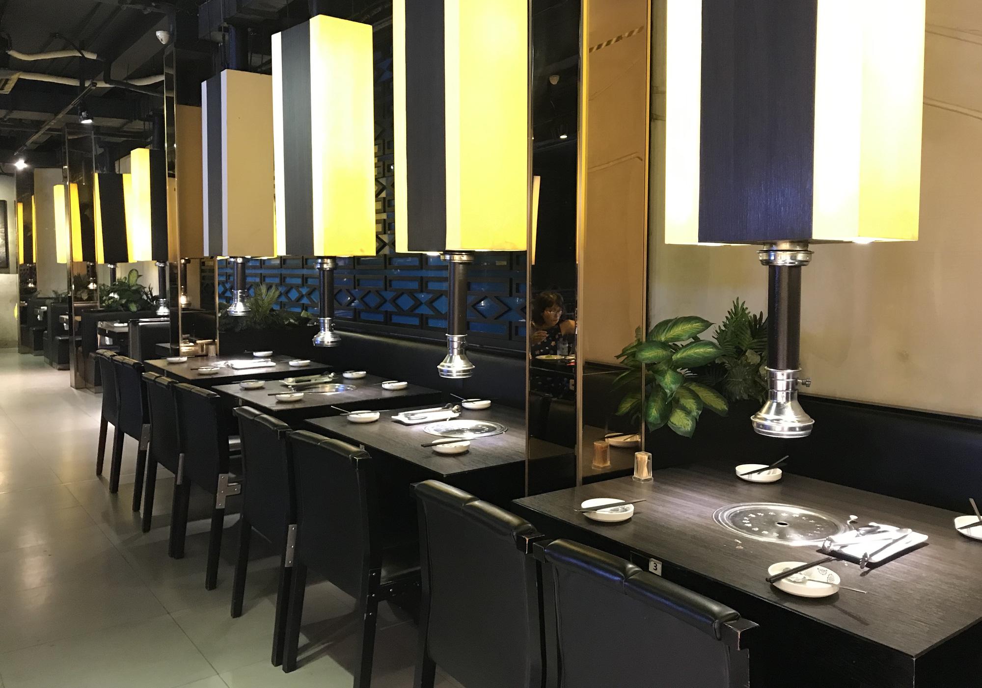 Nhà hàng, quán ăn, cà phê, trà sữa ở Sài Gòn quay lại cảnh đợi khách, vắng tanh chưa từng thấy vì dịch Covid-19 - Ảnh 8.